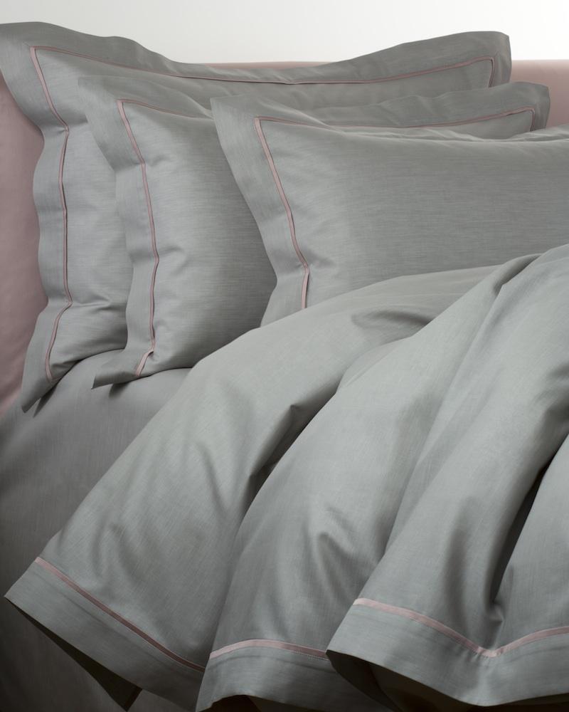 Комплект постельного белья LIO MARGO (королевский)Двуспальные комплекты постельного белья<br>Комплект постельного белья в подарочной коробке. Стирка 40 С - перед стиркой застегнуть молнии, Глажка 150 градусов - гладить влажным. Итальянский бренд &amp;quot;Fiori di Venezia&amp;quot;, занимающийся элитным текстилем для дома, отличает высочайшее качество и уникальный дизайн. В студии бренда рождаются коллекции постельного и столового белья, махровых изделий, пледов, покрывал, декоративных подушек. Его коллекции несут в себе ультрасовременные тенденции в сочетании с многовековыми традициями объединяя изысканную роскошь с утонченным изяществом. Для производства своих коллекций &amp;quot;Fiori di Venezia&amp;quot; использует материалы и ткани высочайшего качества, в частности для постельного белья применяется великолепный сатин из египетского длинноволокнистого хлопка, произведенный непосредственно в Италии, с плотностью от 300 до 1000 ТС, что дает ему непревзойденную мягкость и гладкость.&amp;lt;div&amp;gt;&amp;lt;br&amp;gt;&amp;lt;/div&amp;gt;&amp;lt;div&amp;gt;&amp;lt;span style=&amp;quot;line-height: 24.9999px;&amp;quot;&amp;gt;Материал: 100% египетский длинноволокнистый хлопок (сатин, меланж, 300 ТС).&amp;lt;/span&amp;gt;&amp;lt;br&amp;gt;&amp;lt;/div&amp;gt;&amp;lt;div&amp;gt;&amp;lt;span style=&amp;quot;line-height: 24.9999px;&amp;quot;&amp;gt;Пододеяльник - 240х220 см.&amp;amp;nbsp;&amp;lt;/span&amp;gt;&amp;lt;/div&amp;gt;&amp;lt;div&amp;gt;&amp;lt;span style=&amp;quot;line-height: 24.9999px;&amp;quot;&amp;gt;Простынь - 260х280 см.&amp;amp;nbsp;&amp;lt;/span&amp;gt;&amp;lt;/div&amp;gt;&amp;lt;div&amp;gt;&amp;lt;span style=&amp;quot;line-height: 24.9999px;&amp;quot;&amp;gt;Наволочка - 50х70 см. - 2 шт.&amp;lt;/span&amp;gt;&amp;lt;span style=&amp;quot;line-height: 24.9999px;&amp;quot;&amp;gt;&amp;lt;br&amp;gt;&amp;lt;/span&amp;gt;&amp;lt;/div&amp;gt;&amp;lt;div&amp;gt;&amp;lt;span style=&amp;quot;line-height: 24.9999px;&amp;quot;&amp;gt;&amp;lt;br&amp;gt;&amp;lt;/sp