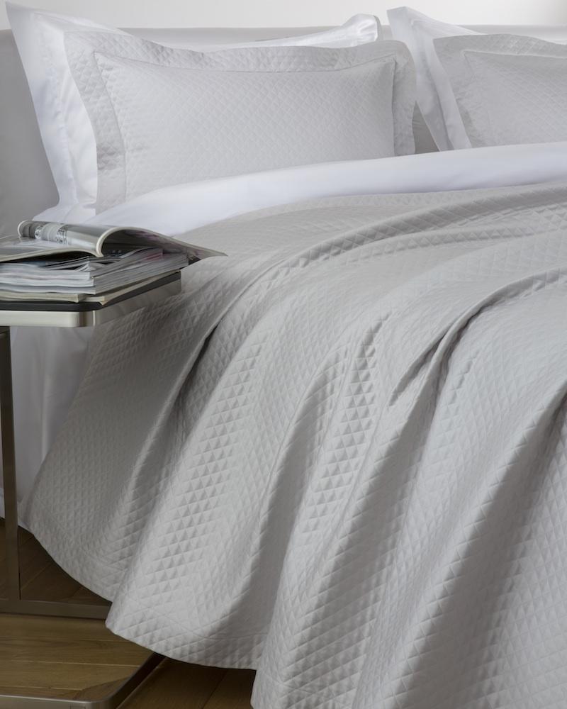 Покрывало MOSAICO SQUAREПокрывала<br>Покрывало в подарочной коробке. Стирка 40 С, Глажка 150 градусов. Итальянский бренд &amp;quot;Fiori di Venezia&amp;quot;, занимающийся элитным текстилем для дома, отличает высочайшее качество и уникальный дизайн. В студии бренда рождаются коллекции постельного и столового белья, махровых изделий, пледов, покрывал, декоративных подушек. Его коллекции несут в себе ультрасовременные тенденции в сочетании с многовековыми традициями объединяя изысканную роскошь с утонченным изяществом. Для производства своих коллекций &amp;quot;Fiori di Venezia&amp;quot; использует материалы и ткани высочайшего качества, в частности для постельного белья применяется великолепный сатин из египетского длинноволокнистого хлопка, произведенный непосредственно в Италии, с плотностью от 300 до 1000 ТС, что дает ему непревзойденную мягкость и гладкость.&amp;amp;nbsp;<br><br>Material: Хлопок<br>Length см: 260<br>Width см: 240