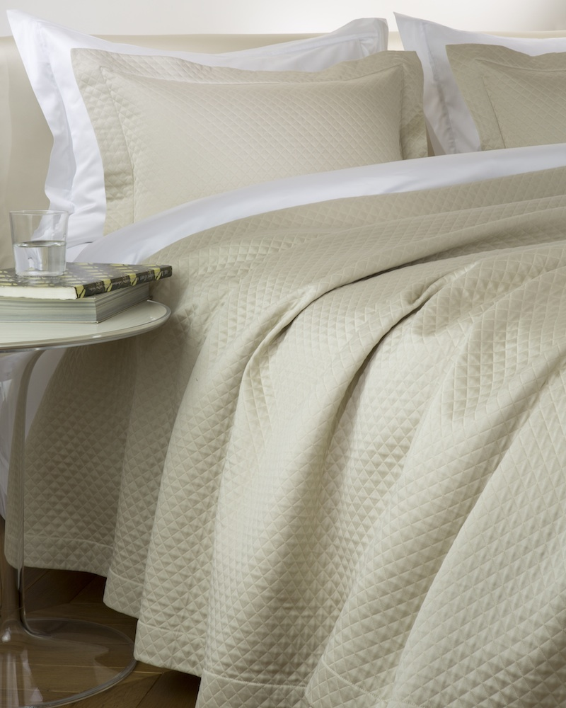 Покрывало MOSAICO CRAIEПокрывала<br>Покрывало в подарочной коробке. Стирка 40 С, Глажка 150 градусов. Итальянский бренд &amp;quot;Fiori di Venezia&amp;quot;, занимающийся элитным текстилем для дома, отличает высочайшее качество и уникальный дизайн. В студии бренда рождаются коллекции постельного и столового белья, махровых изделий, пледов, покрывал, декоративных подушек. Его коллекции несут в себе ультрасовременные тенденции в сочетании с многовековыми традициями объединяя изысканную роскошь с утонченным изяществом. Для производства своих коллекций &amp;quot;Fiori di Venezia&amp;quot; использует материалы и ткани высочайшего качества, в частности для постельного белья применяется великолепный сатин из египетского длинноволокнистого хлопка, произведенный непосредственно в Италии, с плотностью от 300 до 1000 ТС, что дает ему непревзойденную мягкость и гладкость.&amp;amp;nbsp;<br><br>Material: Хлопок