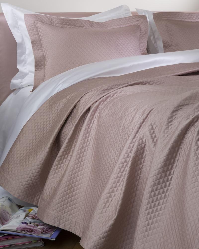 Покрывало MOSAICO MARGOTПокрывала<br>Покрывало в подарочной коробке. Стирка 40 С, Глажка 150 градусов. Итальянский бренд &amp;quot;Fiori di Venezia&amp;quot;, занимающийся элитным текстилем для дома, отличает высочайшее качество и уникальный дизайн. В студии бренда рождаются коллекции постельного и столового белья, махровых изделий, пледов, покрывал, декоративных подушек. Его коллекции несут в себе ультрасовременные тенденции в сочетании с многовековыми традициями объединяя изысканную роскошь с утонченным изяществом. Для производства своих коллекций &amp;quot;Fiori di Venezia&amp;quot; использует материалы и ткани высочайшего качества, в частности для постельного белья применяется великолепный сатин из египетского длинноволокнистого хлопка, произведенный непосредственно в Италии, с плотностью от 300 до 1000 ТС, что дает ему непревзойденную мягкость и гладкость.&amp;amp;nbsp;<br><br>Material: Хлопок<br>Length см: 260<br>Width см: 240