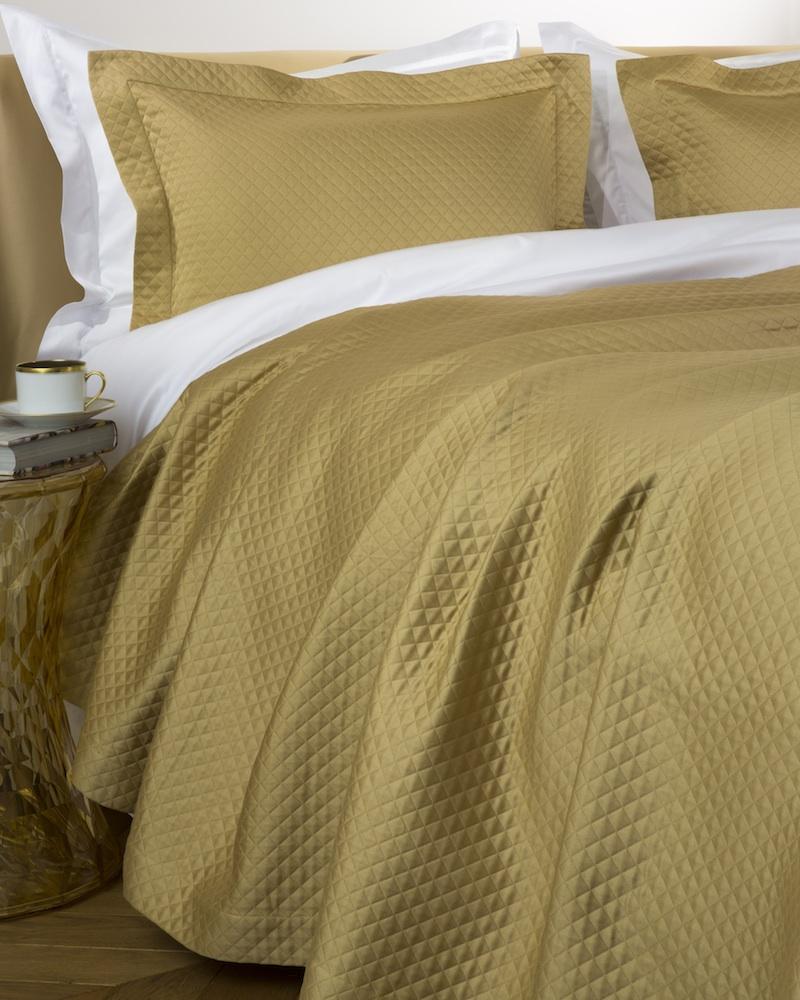 Покрывало MOSAICO CARAMELПокрывала<br>Покрывало в подарочной коробке. Стирка 40 С, Глажка 150 градусов. Итальянский бренд &amp;quot;Fiori di Venezia&amp;quot;, занимающийся элитным текстилем для дома, отличает высочайшее качество и уникальный дизайн. В студии бренда рождаются коллекции постельного и столового белья, махровых изделий, пледов, покрывал, декоративных подушек. Его коллекции несут в себе ультрасовременные тенденции в сочетании с многовековыми традициями объединяя изысканную роскошь с утонченным изяществом. Для производства своих коллекций &amp;quot;Fiori di Venezia&amp;quot; использует материалы и ткани высочайшего качества, в частности для постельного белья применяется великолепный сатин из египетского длинноволокнистого хлопка, произведенный непосредственно в Италии, с плотностью от 300 до 1000 ТС, что дает ему непревзойденную мягкость и гладкость.&amp;amp;nbsp;<br><br>Material: Хлопок<br>Length см: 260<br>Width см: 240