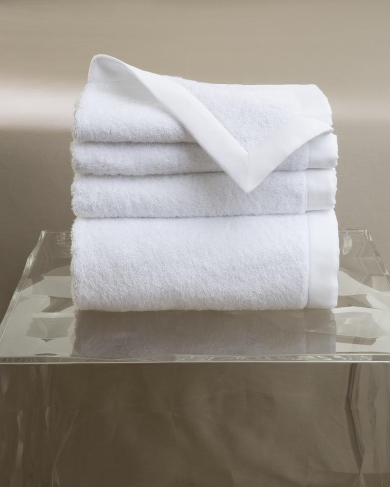 Набор полотенец MOLLE BIANCO (4 шт)Комплекты полотенец<br>&amp;lt;div&amp;gt;Набор полотенец 4 шт. в подарочной коробке. Стирка 40 С, Глажка 150 градусов. Итальянский бренд &amp;quot;Fiori di Venezia&amp;quot;, занимающийся элитным текстилем для дома, отличает высочайшее качество и уникальный дизайн. В студии бренда рождаются коллекции постельного и столового белья, махровых изделий, пледов, покрывал, декоративных подушек. Его коллекции несут в себе ультрасовременные тенденции в сочетании с многовековыми традициями объединяя изысканную роскошь с утонченным изяществом. Для производства своих коллекций &amp;quot;Fiori di Venezia&amp;quot; использует материалы и ткани высочайшего качества, в частности для постельного белья применяется великолепный сатин из египетского длинноволокнистого хлопка, произведенный непосредственно в Италии, с плотностью от 300 до 1000 ТС, что дает ему непревзойденную мягкость и гладкость.&amp;amp;nbsp;&amp;lt;/div&amp;gt;&amp;lt;div&amp;gt;&amp;lt;br&amp;gt;&amp;lt;/div&amp;gt;&amp;lt;div&amp;gt;Полотенце - 70х155 см - 1 шт., полотенце - 50х85 см - 1 шт., полотенце - 50х35 см - 2 шт.&amp;lt;/div&amp;gt;&amp;lt;div&amp;gt;Материал: Основная ткань - 100% высококачественный хлопок (570 г/м2), Отделка - 100% египетский длинноволокнистый хлопок (сатин, 300 ТС)&amp;lt;/div&amp;gt;<br><br>Material: Хлопок