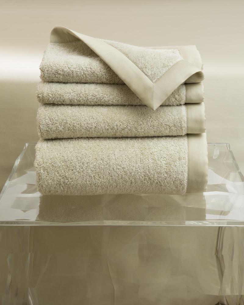 Набор полотенец MOLLE SABLE (4 шт)Комплекты полотенец<br>&amp;lt;div&amp;gt;Набор полотенец 4 шт. в подарочной коробке. Стирка 40 С, Глажка 150 градусов. Итальянский бренд &amp;quot;Fiori di Venezia&amp;quot;, занимающийся элитным текстилем для дома, отличает высочайшее качество и уникальный дизайн. В студии бренда рождаются коллекции постельного и столового белья, махровых изделий, пледов, покрывал, декоративных подушек. Его коллекции несут в себе ультрасовременные тенденции в сочетании с многовековыми традициями объединяя изысканную роскошь с утонченным изяществом. Для производства своих коллекций &amp;quot;Fiori di Venezia&amp;quot; использует материалы и ткани высочайшего качества, в частности для постельного белья применяется великолепный сатин из египетского длинноволокнистого хлопка, произведенный непосредственно в Италии, с плотностью от 300 до 1000 ТС, что дает ему непревзойденную мягкость и гладкость.&amp;amp;nbsp;&amp;lt;/div&amp;gt;&amp;lt;div&amp;gt;&amp;lt;br&amp;gt;&amp;lt;/div&amp;gt;&amp;lt;div&amp;gt;Полотенце - 70х155 см - 1 шт., полотенце - 50х85 см - 1 шт., полотенце - 50х35 см - 2 шт.&amp;lt;/div&amp;gt;&amp;lt;div&amp;gt;Материал: Основная ткань - 100% высококачественный хлопок (570 г/м2), Отделка - 100% египетский длинноволокнистый хлопок (сатин, 300 ТС)&amp;lt;/div&amp;gt;<br><br>Material: Хлопок