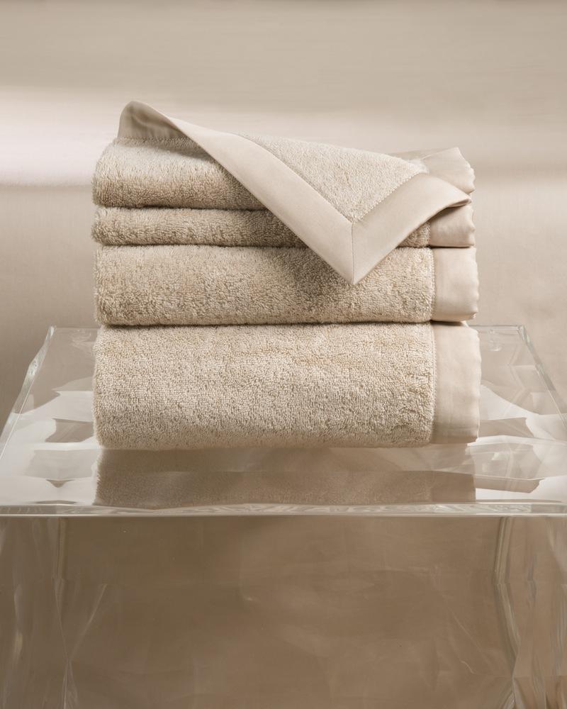 Набор полотенец MOLLE MAIOL (4 шт)Комплекты полотенец<br>&amp;lt;div&amp;gt;Набор полотенец 4 шт. в подарочной коробке. Стирка 40 С, Глажка 150 градусов. Итальянский бренд &amp;quot;Fiori di Venezia&amp;quot;, занимающийся элитным текстилем для дома, отличает высочайшее качество и уникальный дизайн. В студии бренда рождаются коллекции постельного и столового белья, махровых изделий, пледов, покрывал, декоративных подушек. Его коллекции несут в себе ультрасовременные тенденции в сочетании с многовековыми традициями объединяя изысканную роскошь с утонченным изяществом. Для производства своих коллекций &amp;quot;Fiori di Venezia&amp;quot; использует материалы и ткани высочайшего качества, в частности для постельного белья применяется великолепный сатин из египетского длинноволокнистого хлопка, произведенный непосредственно в Италии, с плотностью от 300 до 1000 ТС, что дает ему непревзойденную мягкость и гладкость.&amp;amp;nbsp;&amp;lt;/div&amp;gt;&amp;lt;div&amp;gt;&amp;lt;br&amp;gt;&amp;lt;/div&amp;gt;&amp;lt;div&amp;gt;Полотенце - 70х155 см - 1 шт., полотенце - 50х85 см - 1 шт., полотенце - 50х35 см - 2 шт.&amp;lt;/div&amp;gt;&amp;lt;div&amp;gt;Материал: Основная ткань - 100% высококачественный хлопок (570 г/м2), Отделка - 100% египетский длинноволокнистый хлопок (сатин, 300 ТС)&amp;lt;/div&amp;gt;<br><br>Material: Хлопок