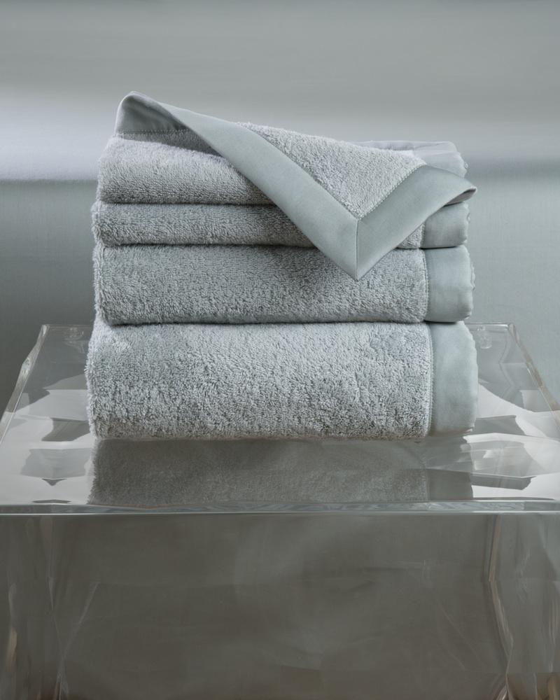 Набор полотенец MOLLE WINTER (4 шт)Комплекты полотенец<br>&amp;lt;div&amp;gt;Набор полотенец 4 шт. в подарочной коробке. Стирка 40 С, Глажка 150 градусов. Итальянский бренд &amp;quot;Fiori di Venezia&amp;quot;, занимающийся элитным текстилем для дома, отличает высочайшее качество и уникальный дизайн. В студии бренда рождаются коллекции постельного и столового белья, махровых изделий, пледов, покрывал, декоративных подушек. Его коллекции несут в себе ультрасовременные тенденции в сочетании с многовековыми традициями объединяя изысканную роскошь с утонченным изяществом. Для производства своих коллекций &amp;quot;Fiori di Venezia&amp;quot; использует материалы и ткани высочайшего качества, в частности для постельного белья применяется великолепный сатин из египетского длинноволокнистого хлопка, произведенный непосредственно в Италии, с плотностью от 300 до 1000 ТС, что дает ему непревзойденную мягкость и гладкость.&amp;amp;nbsp;&amp;lt;/div&amp;gt;&amp;lt;div&amp;gt;&amp;lt;br&amp;gt;&amp;lt;/div&amp;gt;&amp;lt;div&amp;gt;Полотенце - 70х155 см - 1 шт., полотенце - 50х85 см - 1 шт., полотенце - 50х35 см - 2 шт.&amp;lt;/div&amp;gt;&amp;lt;div&amp;gt;Материал: Основная ткань - 100% высококачественный хлопок (570 г/м2), Отделка - 100% египетский длинноволокнистый хлопок (сатин, 300 ТС)&amp;lt;/div&amp;gt;<br><br>Material: Хлопок