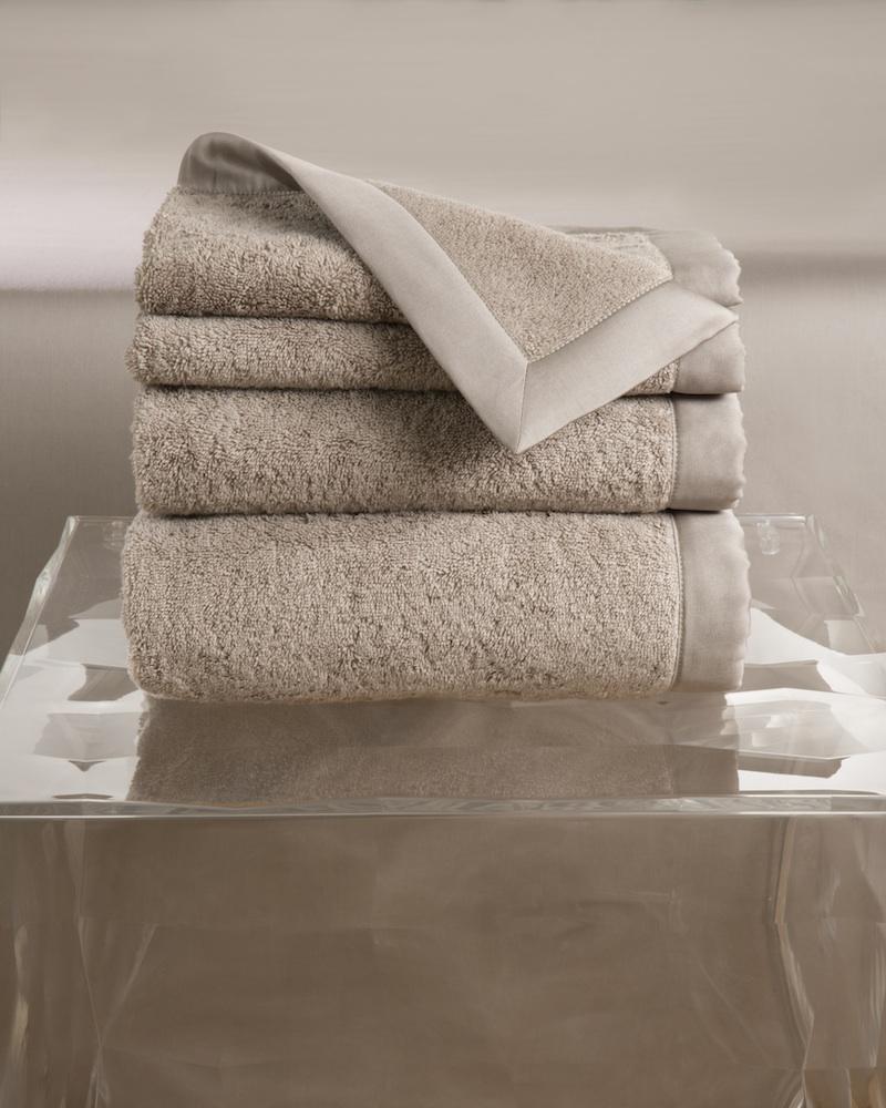 Набор полотенец MOLLE PRISMA (4 шт)Комплекты полотенец<br>&amp;lt;div&amp;gt;Набор полотенец 4 шт. в подарочной коробке. Стирка 40 С, Глажка 150 градусов. Итальянский бренд &amp;quot;Fiori di Venezia&amp;quot;, занимающийся элитным текстилем для дома, отличает высочайшее качество и уникальный дизайн. В студии бренда рождаются коллекции постельного и столового белья, махровых изделий, пледов, покрывал, декоративных подушек. Его коллекции несут в себе ультрасовременные тенденции в сочетании с многовековыми традициями объединяя изысканную роскошь с утонченным изяществом. Для производства своих коллекций &amp;quot;Fiori di Venezia&amp;quot; использует материалы и ткани высочайшего качества, в частности для постельного белья применяется великолепный сатин из египетского длинноволокнистого хлопка, произведенный непосредственно в Италии, с плотностью от 300 до 1000 ТС, что дает ему непревзойденную мягкость и гладкость.&amp;amp;nbsp;&amp;lt;/div&amp;gt;&amp;lt;div&amp;gt;&amp;lt;br&amp;gt;&amp;lt;/div&amp;gt;&amp;lt;div&amp;gt;Полотенце - 70х155 см - 1 шт., полотенце - 50х85 см - 1 шт., полотенце - 50х35 см - 2 шт.&amp;lt;/div&amp;gt;&amp;lt;div&amp;gt;Материал: Основная ткань - 100% высококачественный хлопок (570 г/м2), Отделка - 100% египетский длинноволокнистый хлопок (сатин, 300 ТС)&amp;lt;/div&amp;gt;<br><br>Material: Хлопок