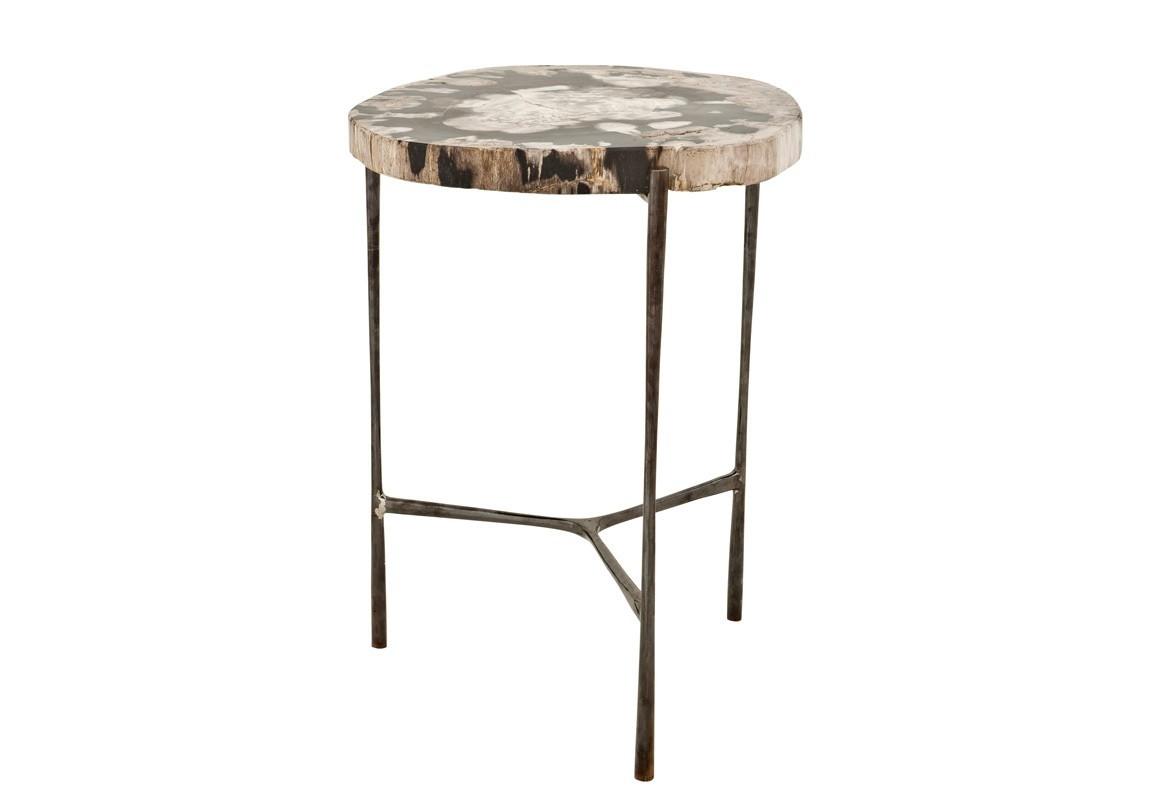 СтолПриставные столики<br>Приставной столик Side Table Boylan на ножках из нержавеющей стали. Оригинальная столешница из окаменелой породы древесины. Каждый элемент окаменевшего дерева является уникальным, вы не найдете двух одинаковых столешниц по цвету или форме.<br><br>Material: Дерево<br>Ширина см: 59<br>Высота см: 46<br>Глубина см: 42