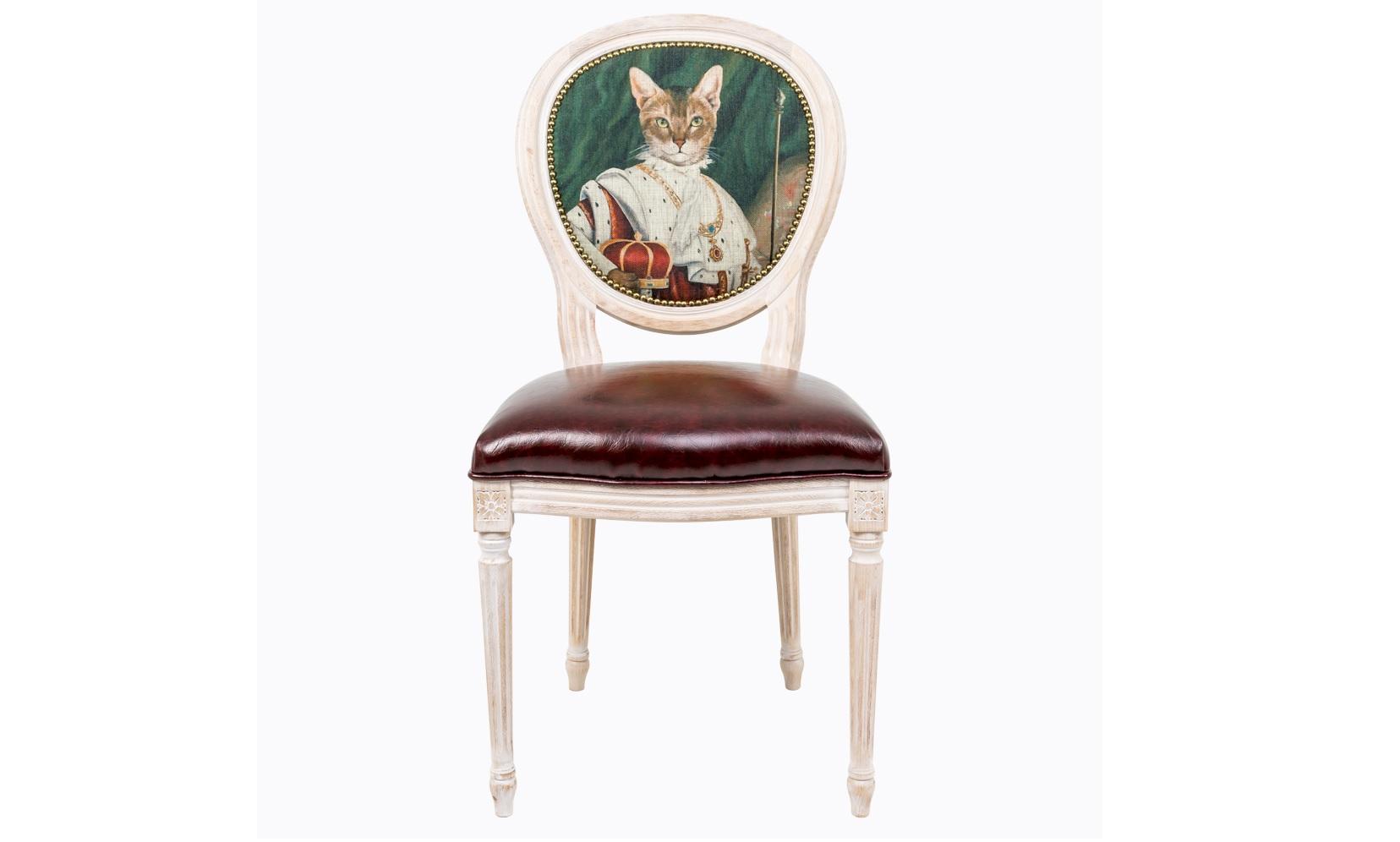 Стул Музейный экспонат, версия 6Обеденные стулья<br>Прототипом анималистичной фантазии стала картина Франсуа Жерара, - портрет Наполеона Бонопарта Первого, - прославленного императора и полководца, заложившего в XVI веке основы французского государства. Стулья серии &amp;quot;Музейный экспонат&amp;quot; имитируют дворцовую эпоху Луи-Филиппа, предпочитающую благородные лаконичные формы, раскрашенные золотистыми анкерами и филигранной резьбой. Натуральное дерево и ручная работа одухотворяют предметы мебели, вносят эмоции тепла и персональной заботы.<br>Стулья изготовлены из ядра натурального бука. Корпусы стульев серии &amp;quot;Музейный экспонат&amp;quot; выточены, брашированы и патинированы в Италии. Благородная фактура натурального дерева подчеркнута рукописной патиной. Обивка спинки оснащена тефлоновым покрытием против пятен.&amp;lt;div&amp;gt;&amp;lt;br&amp;gt;&amp;lt;/div&amp;gt;&amp;lt;div&amp;gt;Материал сидения - экокожа.&amp;lt;/div&amp;gt;<br><br>Material: Дерево<br>Ширина см: 50<br>Высота см: 98<br>Глубина см: 47