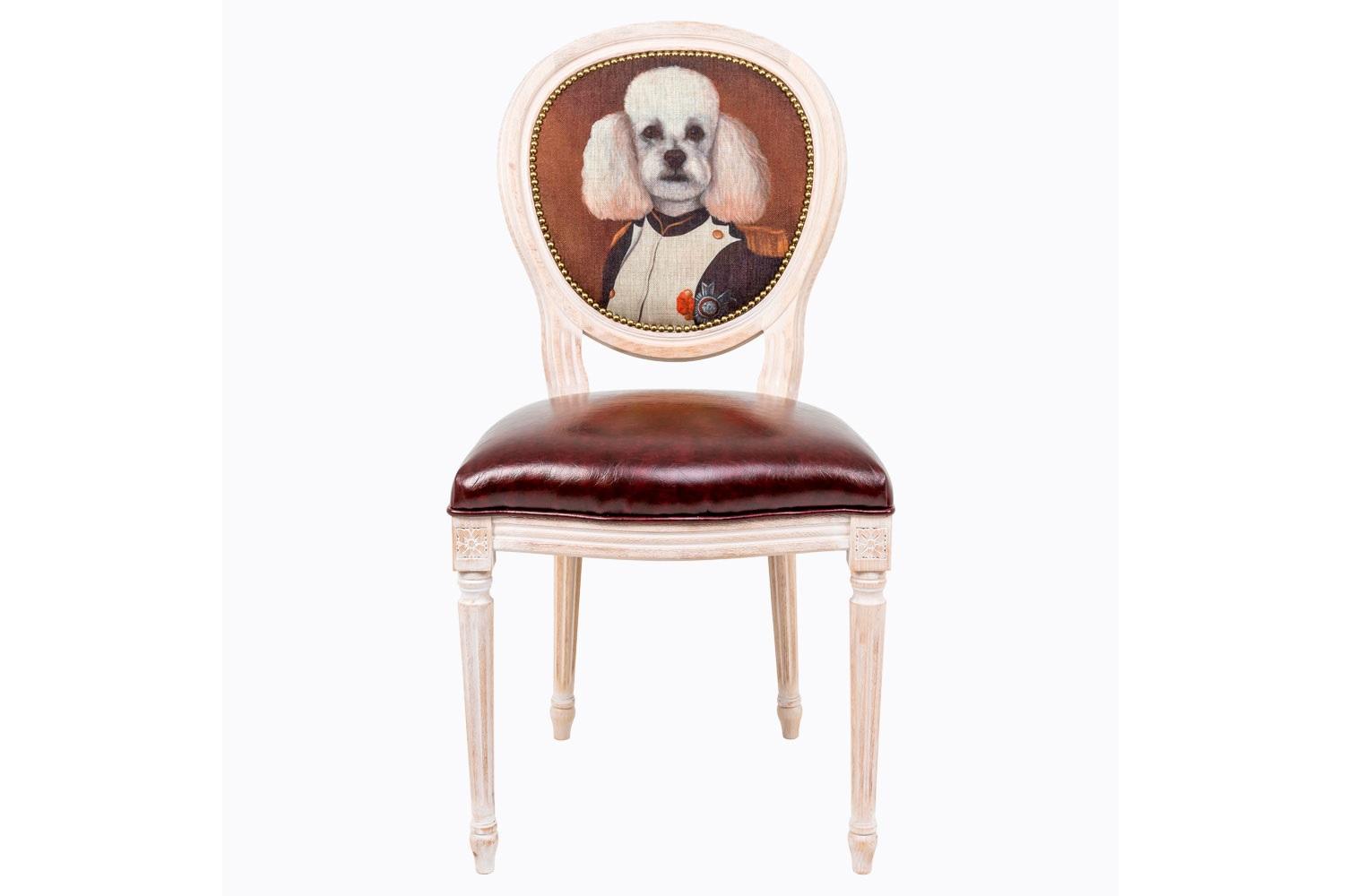 Стул Музейный экспонат, версия 3Обеденные стулья<br>Прототипом персонажа коллекции &amp;quot;Музейный экспонат&amp;quot; послужил портрет  Наполеона в кабинете дворца Тюильри, написанный Жаком-Луи Давидом в 1812 году. Французский полководец предстает зрителю в рабочем кабинете, расположенном на первом этаже дворца, изображённый в скромной униформе полковника гренадеров гвардейской пехоты.&amp;amp;nbsp;Стулья серии &amp;quot;Музейный экспонат&amp;quot; имитируют дворцовую эпоху Луи-Филиппа, предпочитающую благородные лаконичные формы, раскрашенные золотистыми анкерами и филигранной резьбой. Натуральное дерево и ручная работа одухотворяют предметы мебели, вносят эмоции тепла и персональной заботы. Стулья изготовлены из ядра натурального бука. Корпусы стульев серии &amp;quot;Музейный экспонат&amp;quot; выточены, брашированы и патинированы в Италии. Благородная фактура натурального дерева подчеркнута рукописной патиной. Обивка спинки оснащена тефлоновым покрытием против пятен.&amp;lt;div&amp;gt;&amp;lt;br&amp;gt;&amp;lt;/div&amp;gt;&amp;lt;div&amp;gt;Материал сидения - экокожа.&amp;lt;/div&amp;gt;<br><br>Material: Дерево<br>Width см: 50<br>Depth см: 47<br>Height см: 98
