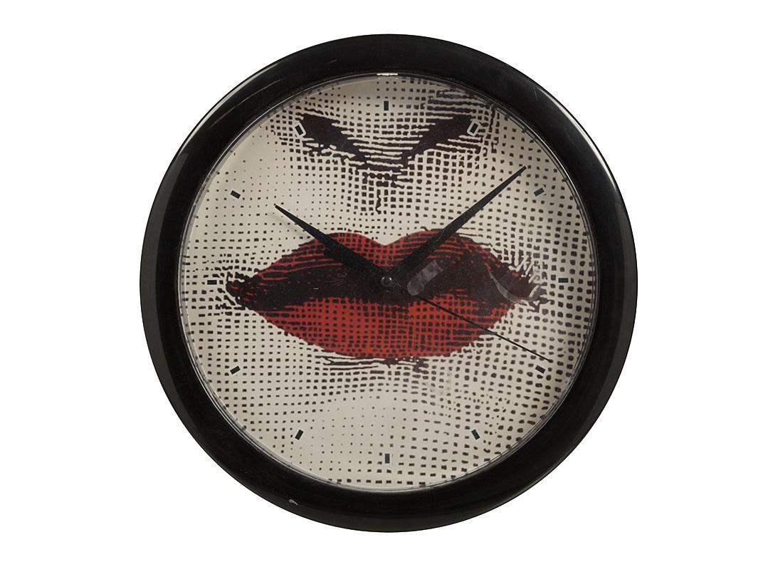 Настенные часы с портретом Лины Пьеро Форназетти Red LipsНастенные часы<br>Настенные часы с изображением ярко-красных губ — что может быть смелее? Но Red Lips — не просто абстракция и эпатаж. Это настоящее посвящение женщине и восхищение ее великолепием. В роли музы — легендарная оперная дива Лина Кавальери. Вдохновленный ее красотой, итальянский дизайнер, скульптор и художник Пьеро Форназетти создал десятки и даже сотни портретов актрисы и различных вариаций ее образов. Эмоциональный, дерзкий облик этого интерьерного аксессуара придется по душе творческим натурам. Глядя на часы, можно не только определить, который час. Большие настенные часы украшают интерьер и демонстрируют ваш вкус. Если вы чувствуете, что наступило время перемен, купите часы — это просто, недорого и символично.<br><br>Material: Пластик<br>Глубина см: 3
