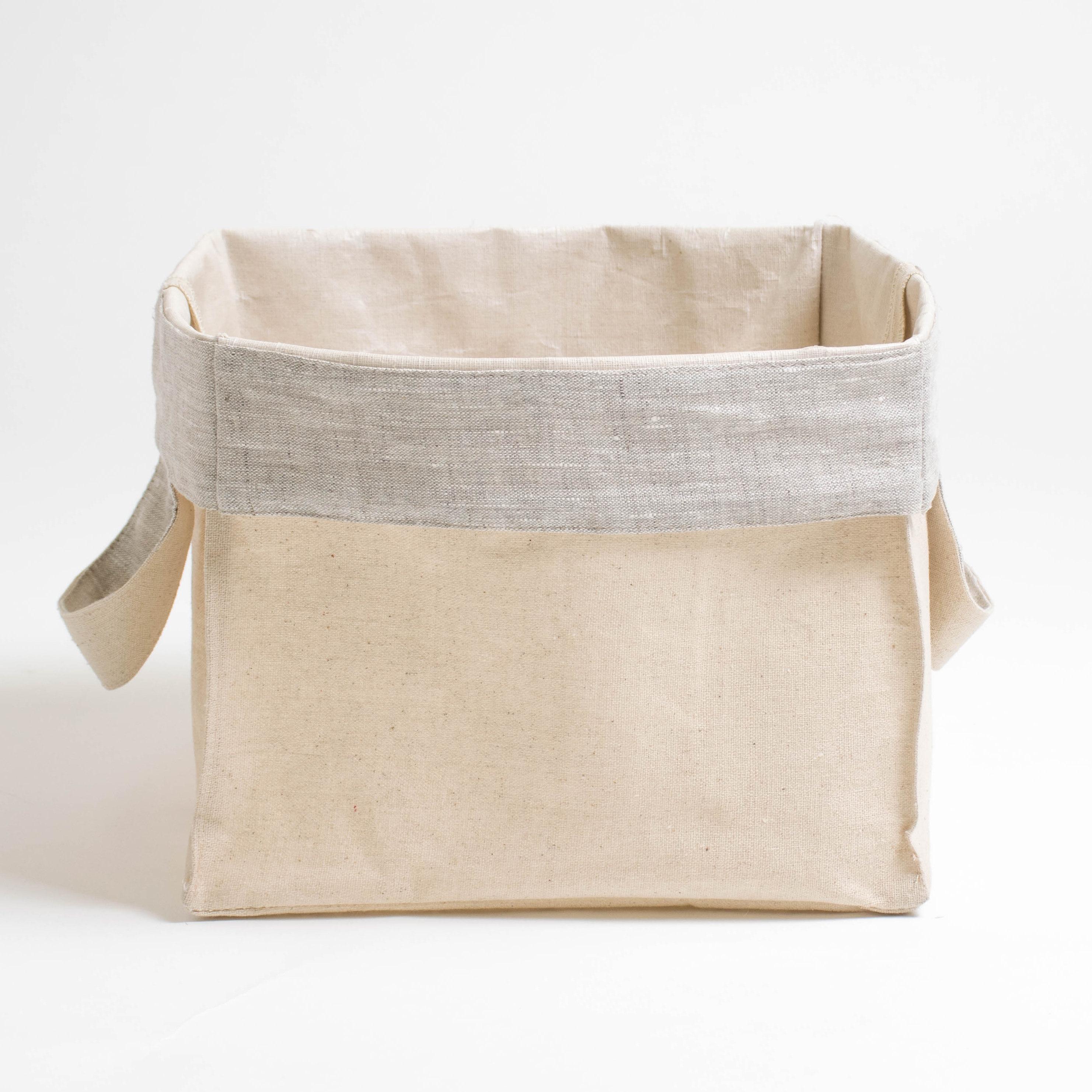 Короб с ручками ПровансАксессуары для кухни<br>Короб «Прованс» квадратный, с серым отворотом<br><br>Квадратный короб изо льна с внутренней ламинацией, безопасной для здоровья, это обязательный предмет для каждого дома!<br><br>Внешняя сторона короба из хлопкольна, внутренняя часть заламинирована. Благодаря этому, короб можно использовать в кухне, спальне и даже ванной комнате! Для того, чтобы фрукты и овощи не теряли свой аромат, их не следует убирать в холодильник. Сложите, например, яблоки в корзинку и поставьте на обеденный стол. Можете даже предварительно их вымыть, для того чтобы домочадцы кушали «живые витамины» прямо из корзинки.<br><br>Наши ламинированные корзинки не боятся влаги! Поэтому они пригодятся Вам и в ванной комнате. В них можно убрать косметику, мочалки и детские игрушки, с которыми малыш играет во время приёма ванной. Квадратные короба «Прованс» являются хорошими помощниками и для наведения порядка в шкафах — в них можно сложить носочки, детские игрушки, нитки для вязание и многое другое.<br><br>Короба «Прованс» этот товар, который можно приобретать впрок, поскольку они складываются в плоский квадрат и практически не занимают места при хранении в шкафах!&amp;amp;nbsp;<br><br>Material: Хлопок<br>Width см: 27<br>Depth см: 27<br>Height см: 27