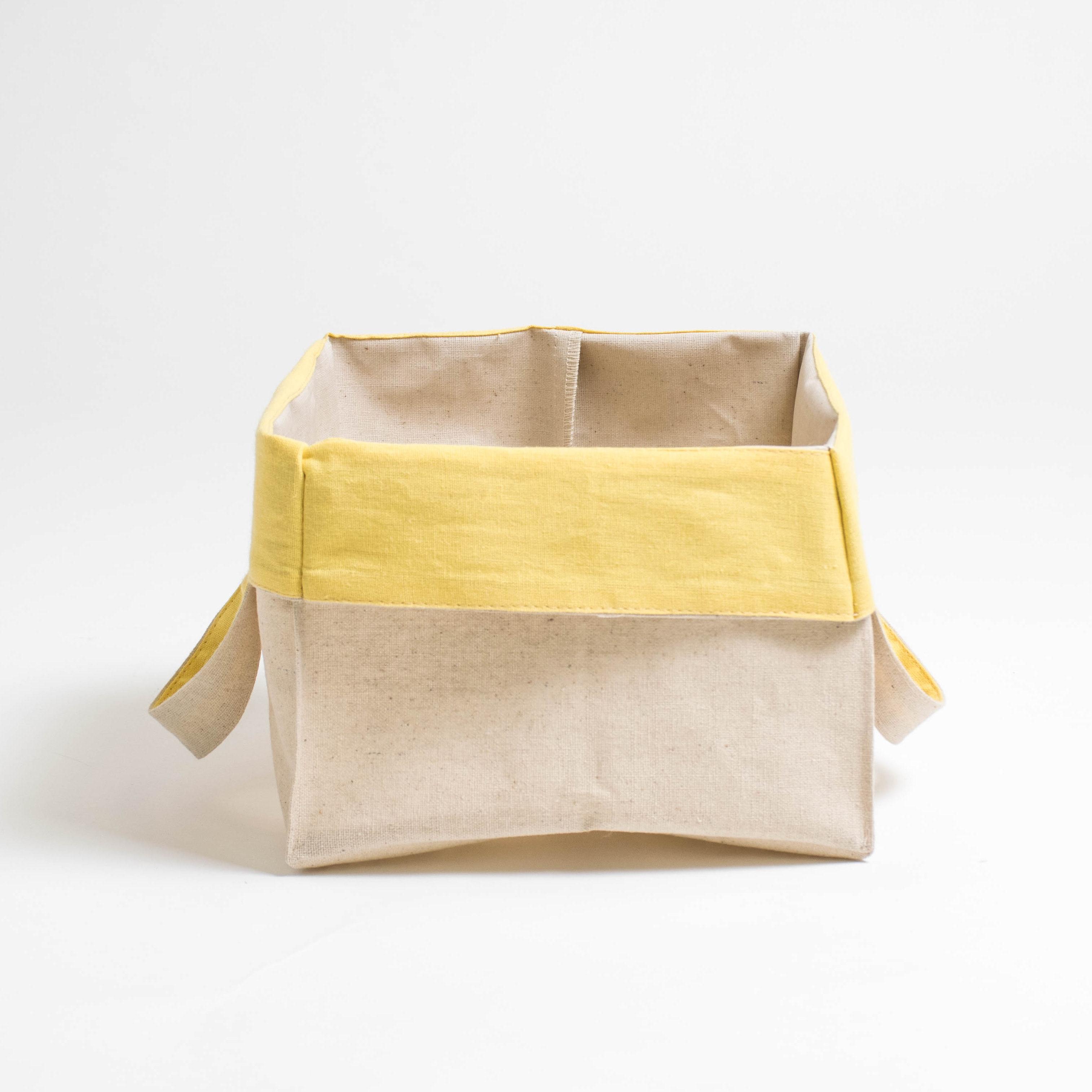 Короб с ручками ПровансАксессуары для кухни<br>Короб «Прованс» квадратный (малый), с жёлтым отворотом<br><br>Квадратный короб изо льна с внутренней ламинацией, безопасной для здоровья, это обязательный предмет для каждого дома!<br><br>Внешняя сторона короба из хлопкольна, внутренняя часть заламинирована. Благодаря этому, короб можно использовать в кухне, спальне и даже ванной комнате! Для того, чтобы фрукты и овощи не теряли свой аромат, их не следует убирать в холодильник. Сложите, например, яблоки в корзинку и поставьте на обеденный стол. Можете даже предварительно их вымыть, для того чтобы домочадцы кушали «живые витамины» прямо из корзинки.<br><br>Наши ламинированные корзинки не боятся влаги! Поэтому они пригодятся Вам и в ванной комнате. В них можно убрать косметику, мочалки и детские игрушки, с которыми малыш играет во время приёма ванной. Квадратные короба «Прованс» являются хорошими помощниками и для наведения порядка в шкафах — в них можно сложить носочки, детские игрушки, нитки для вязание и многое другое.<br><br>Короба «Прованс» этот товар, который можно приобретать впрок, поскольку они складываются в плоский квадрат и практически не занимают места при хранении в шкафах!&amp;amp;nbsp;<br><br>Material: Хлопок<br>Ширина см: 22<br>Высота см: 22<br>Глубина см: 22