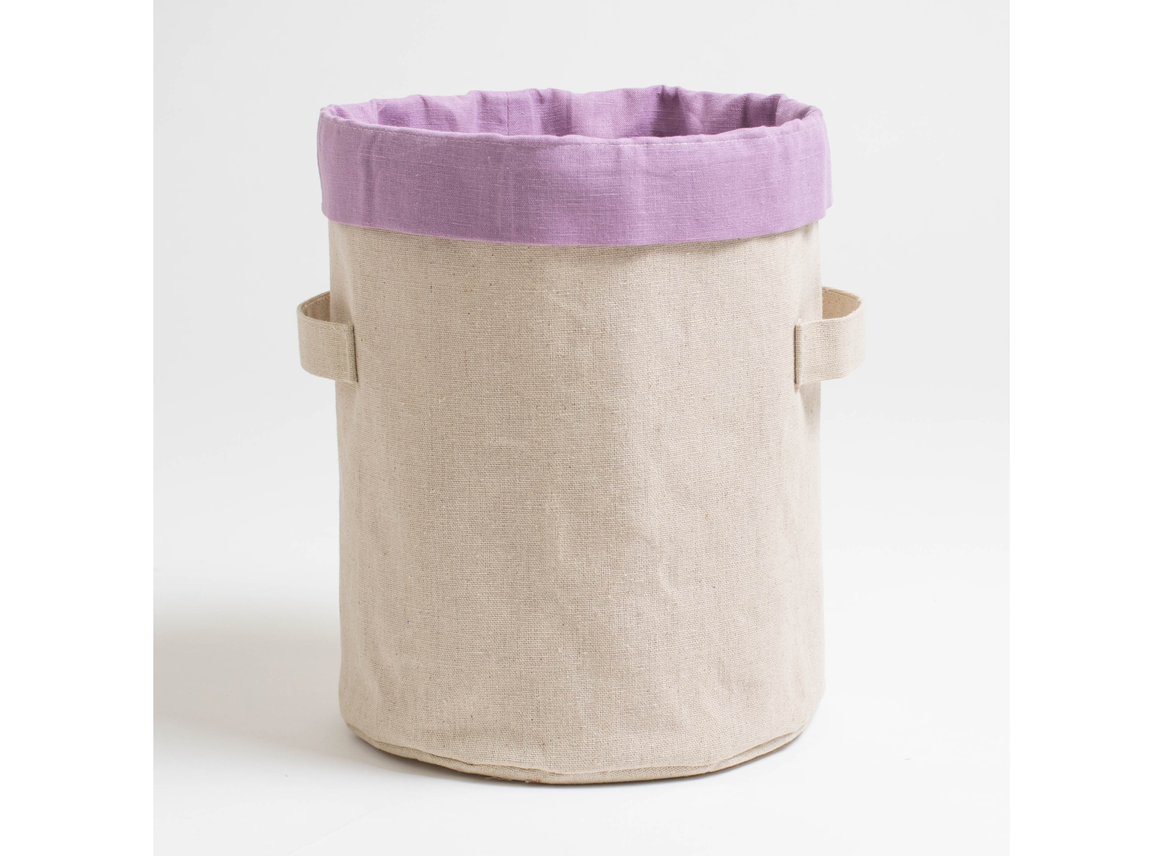 Короб круглый ПровансАксессуары для кухни<br>Цилиндрический короб «Прованс» из сурового льна с сиреневой вставкой из хлопкольна – красивый и вместительный, поможет стильно сервировать стол и содержать в порядке шкафчики. Благодаря высоте и круглому дну, эту цилиндрическую корзинку можно использовать для сервировки — подавать в ней растительные масла, бальзамико и соусы. Помимо этого, в коробе также удобно просто хранить различные бутылочки, как в шкафчике, так и на открытых полках.<br><br>Соберите коллекцию из цилиндрических коробов с декоративными ободками разного цвета и рассортируйте в них разные мелочи, которым обычно очень сложно найти место в доме: нитки, тюбики с кремами, детские мелкие игрушки, зарядки для гаджетов и другое.<br><br>Material: Хлопок<br>Height см: 27<br>Diameter см: 22