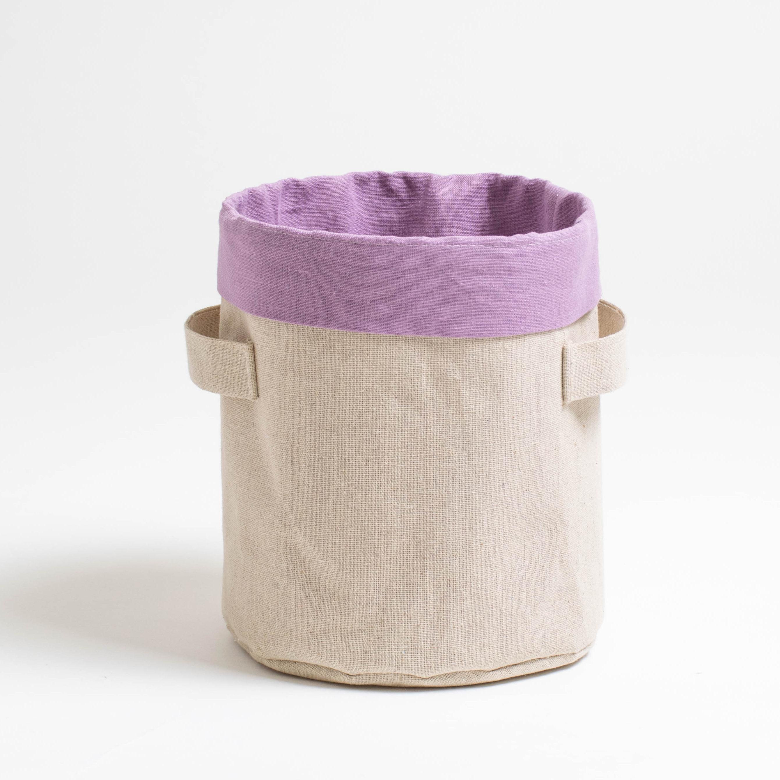 Короб круглый ПровансАксессуары для кухни<br>Короб «Прованс» - прекрасное решение как для использования на кухне-столовой, так и поддержания порядка в шкафчиках.<br><br>Внешняя сторона короба из сурового льна, внутренний чехол приятного сиреневого цвета, это натуральная смесовая ткань – сочетание хлопка и льна. Благодаря экоматериалам использованным в изготовлении данного короба, его можно как для сервировки стола использовать, например, для подачи хлеба, так и для поддержания порядка в комнатах.<br><br>Зарядки для телефонов, клубочки для вязания, мелкие пазлы для создания картин – всё это и много другое можно хранить в удобных коробах «Прованс».<br><br>Material: Хлопок<br>Height см: 20<br>Diameter см: 17