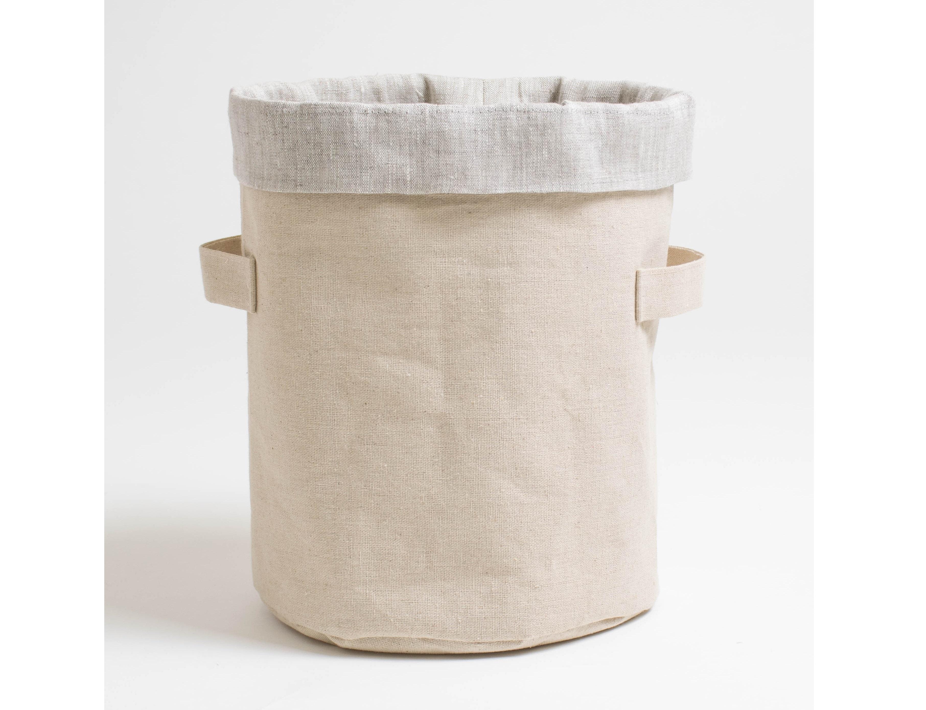 Короб круглый ПровансАксессуары для кухни<br>Короб «Прованс» цилиндрический выполнен из экоматериалов — внешняя сторона из сурового льна, внутренний чехол из хлопкольна серого цвета.<br><br>Прекрасное решение для красивой сервировки стола — это короб «Прованс», в него великолепно входят бутылочки с растительным маслом, бальзамическим уксусом и другими соусами. В этой цилиндрической корзинке можно также и хранить не только бутылочки, но и различные специи, конфеты или печенье — убрать их в шкафчик или поставить на открытую полку.&amp;amp;nbsp;<br><br>Material: Хлопок<br>Height см: 27<br>Diameter см: 22