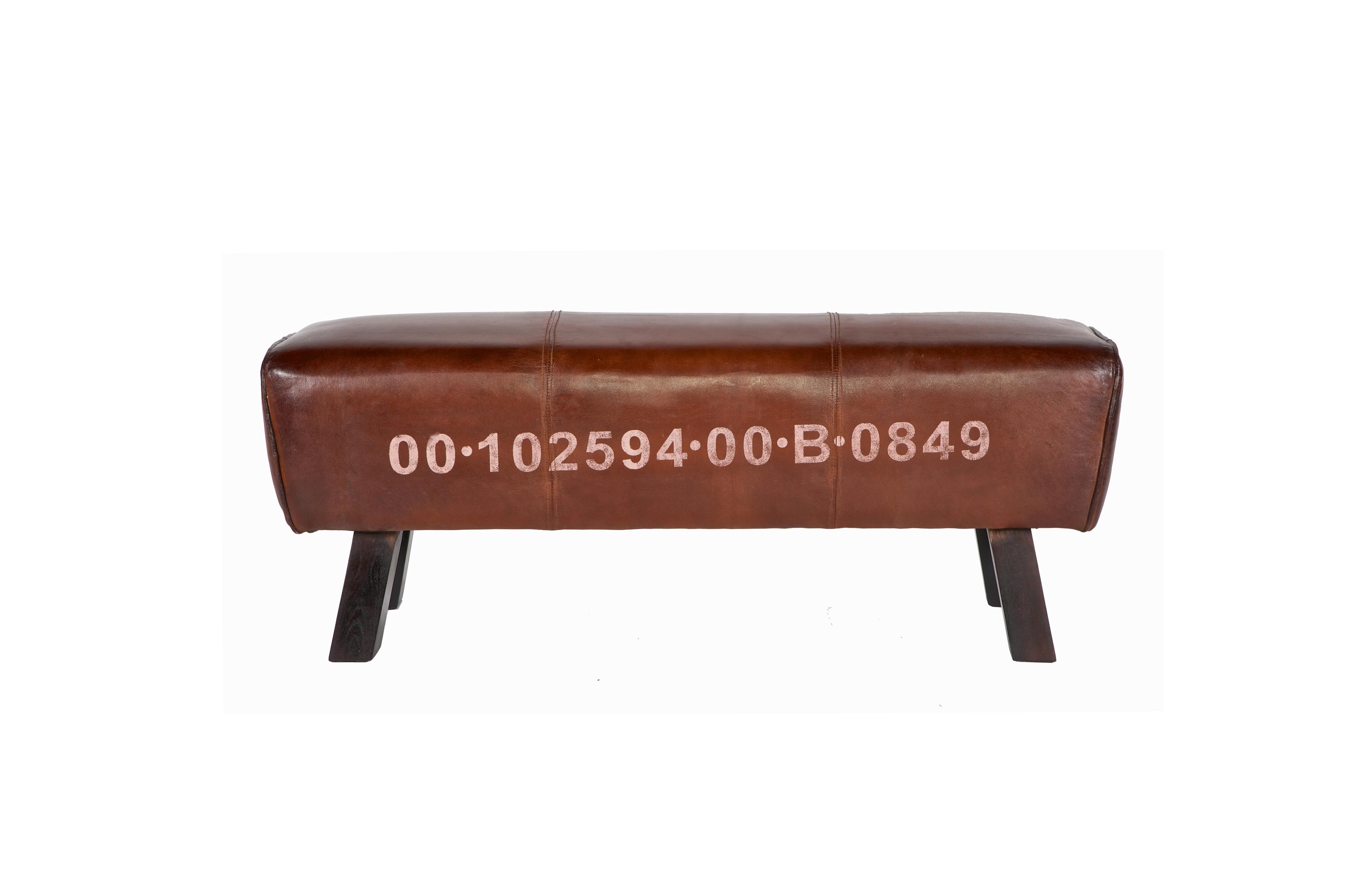 Скамья Гимнастический коньСкамейки<br>Скамья-банкетка выполнена в духе спортивной эстетики. Обивка из натуральной мягкой кожи, устойчивые деревянные ножки. Сборка не требуется<br><br>Material: Кожа<br>Width см: 126<br>Depth см: 36<br>Height см: 45