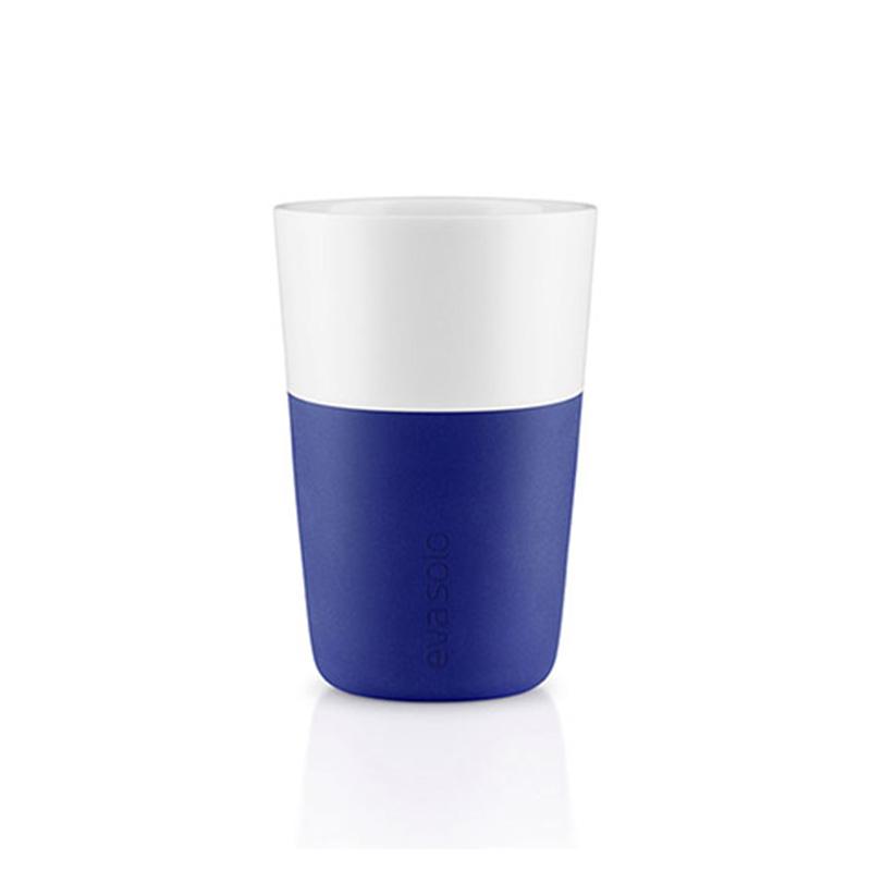Набор чашек LatteЧайные пары, чашки и кружки<br>Дизайнеры Eva Solo разработали новые стаканы различной емкости для трех самых популярных видов кофе: эспрессо (80 мл), лунго (230 мл) и латте (360 мл). В них помещается именно то количество молока и пены, которое соответствует стандартным параметрам в популярных капсульных кофе-машинах. Чаши сделаны из фарфора с силиконовой оболочкой, которая защитит ваши пальцы от ожога. Стаканы можно мыть в посудомоечной машине, предварительно сняв силиконовую часть.&amp;lt;div&amp;gt;&amp;lt;br&amp;gt;&amp;lt;/div&amp;gt;&amp;lt;div&amp;gt;В набор входят две чашки объемом 360 мл.&amp;lt;/div&amp;gt;<br><br>Material: Фарфор<br>Height см: 12<br>Diameter см: 8,6