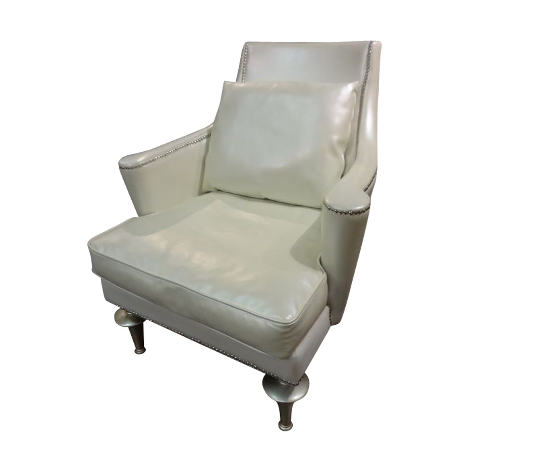 Кресло RomaКресла с высокой спинкой<br>Кресло из высококачественной искусственной кожи кремового цвета с деревянными ножками в отделке сусальное серебро. Для декорирования использованы мебельные гвоздики серебряного цвета.<br><br>Material: Кожа<br>Length см: 87<br>Width см: 90<br>Height см: 112
