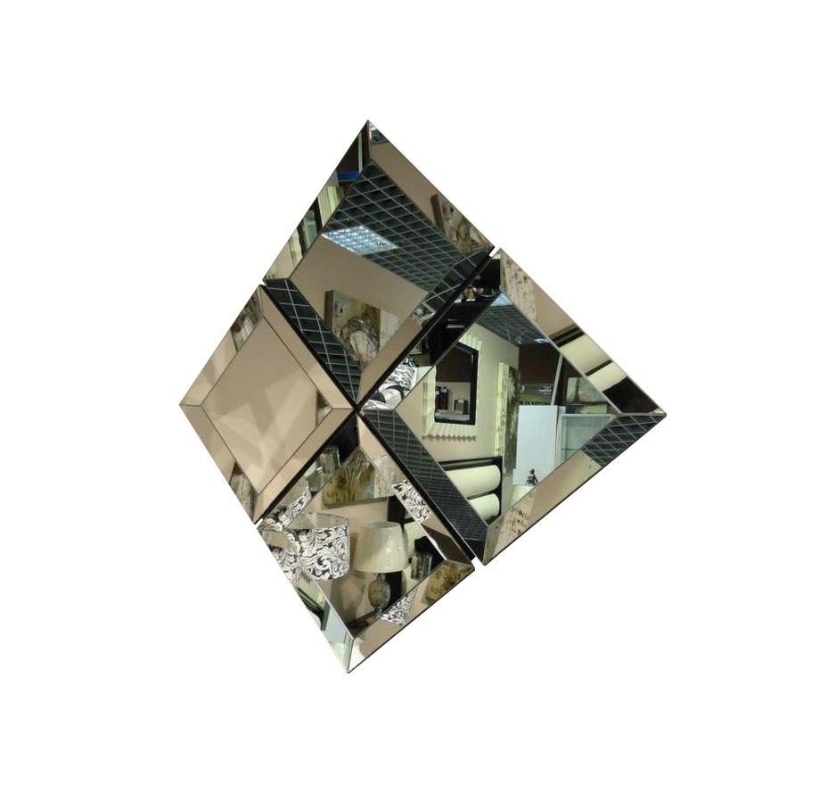 Зеркало FlorenceНастенные зеркала<br>Массивное — целых 5 сантиметров в толщину — зеркало с широким фацетом, делающим его роскошным. Подходит для самых разнообразных комбинаций. На фото, например, показана композиция из четырех зеркал.<br><br>Material: Стекло<br>Length см: 57<br>Width см: 57<br>Depth см: 5