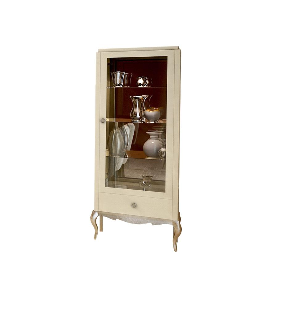 Витрина VeneziaВитрины<br>Витрина &amp;quot;Venezia&amp;quot; в американском стиле подарит вам возможность компактно и красиво разместить посуду в столовой. За прозрачной стеклянной дверцей любые кухонные принадлежности будут выглядеть великолепно. Больше элегантности вашей коллекции добавят резные элементы, присутствующие в оформлении витрины.<br><br>Material: Дерево<br>Width см: 81.1<br>Depth см: 45.5<br>Height см: 199.5