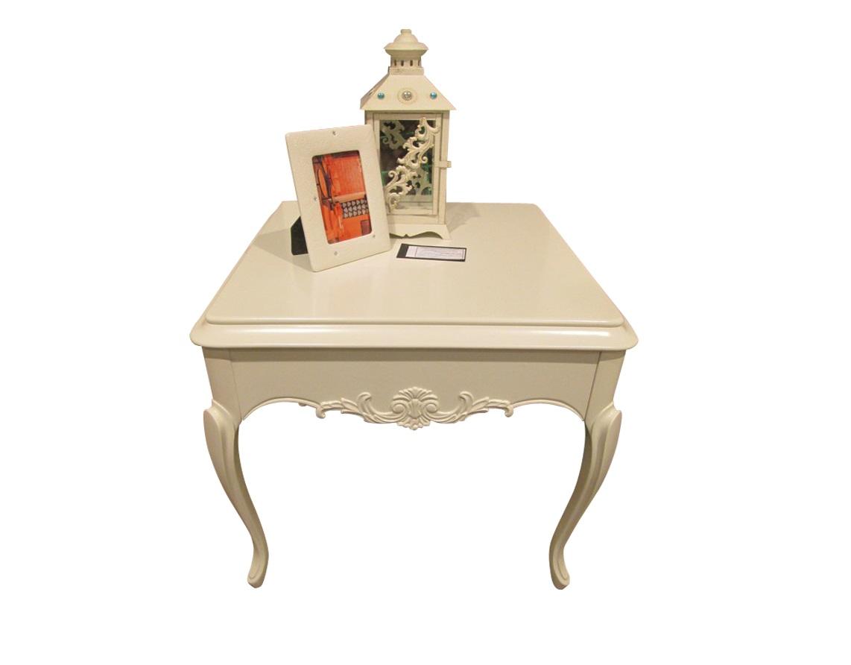 Приставной столик FRANCAПриставные столики<br>Приставной стол на высоких гнутых ножках выполнен в классическом стиле. Отделка молочно-белый матовый лак. Фигурное основание декорировано резными элементами. Сделан из высококачественного МДФ высокой плотности и массива дерева.<br><br>Material: Дерево<br>Width см: 65<br>Depth см: 65<br>Height см: 59