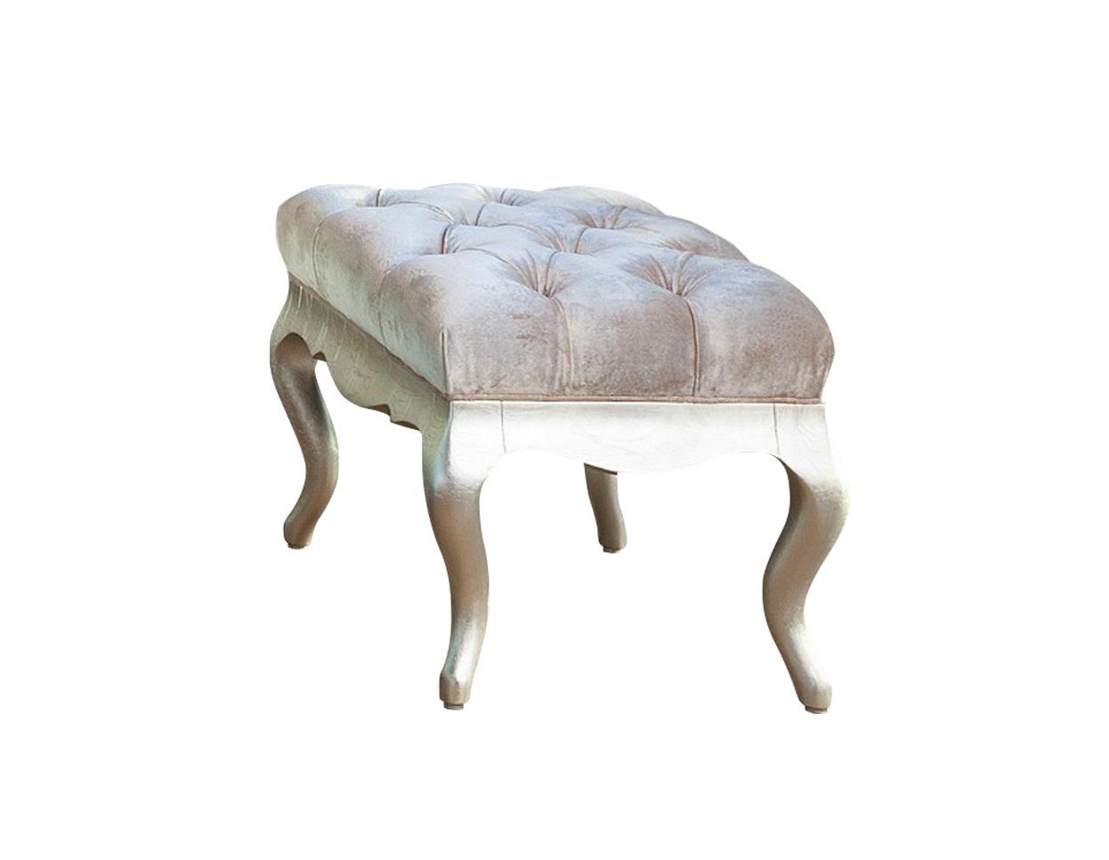 Банкетка VENEZIAБанкетки<br>Пуфик на гнутых ножках выполнен в классическом стиле. Сиденье обито светло-бежевым велюром, ножки в отделке сусальное серебро, декорирован капитоне. Сделан из массива дерева.<br><br>Material: Дерево<br>Width см: 64,6<br>Depth см: 44,6<br>Height см: 45
