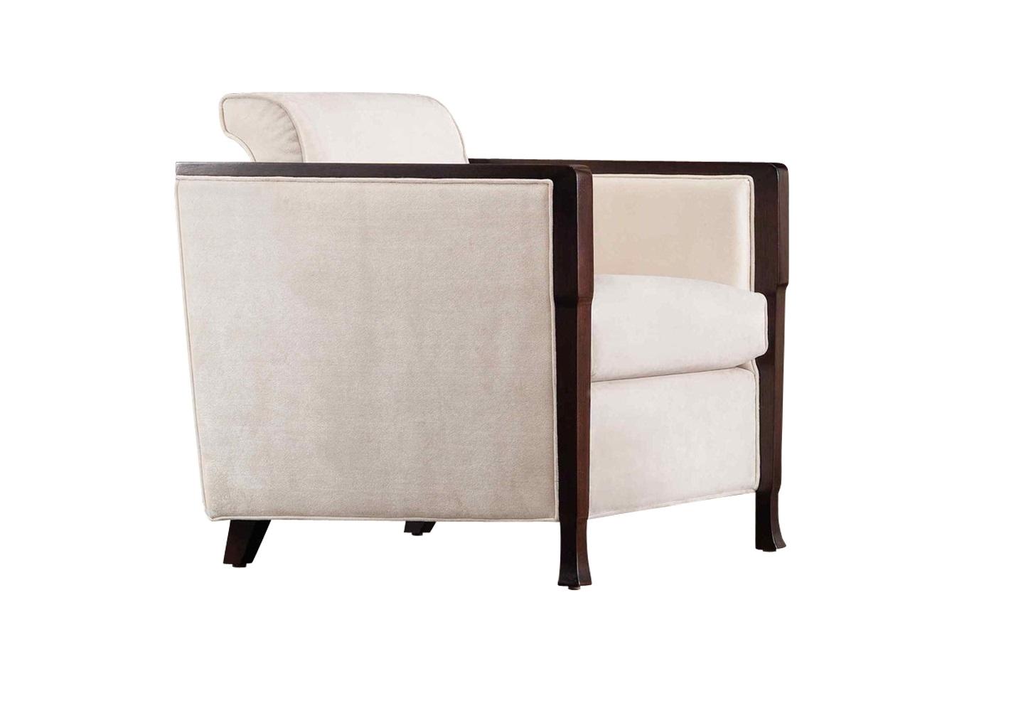 Кресло MESTREИнтерьерные кресла<br>Кресло выполнено в стиле Неоклассика. Обито светло-бежевым велюром. Ножки, фронтальная часть боковинок и подлокотники в отделке шпон махагона. Каркас сделан из массива дерева.<br><br>Material: Текстиль<br>Ширина см: 72<br>Высота см: 76<br>Глубина см: 80