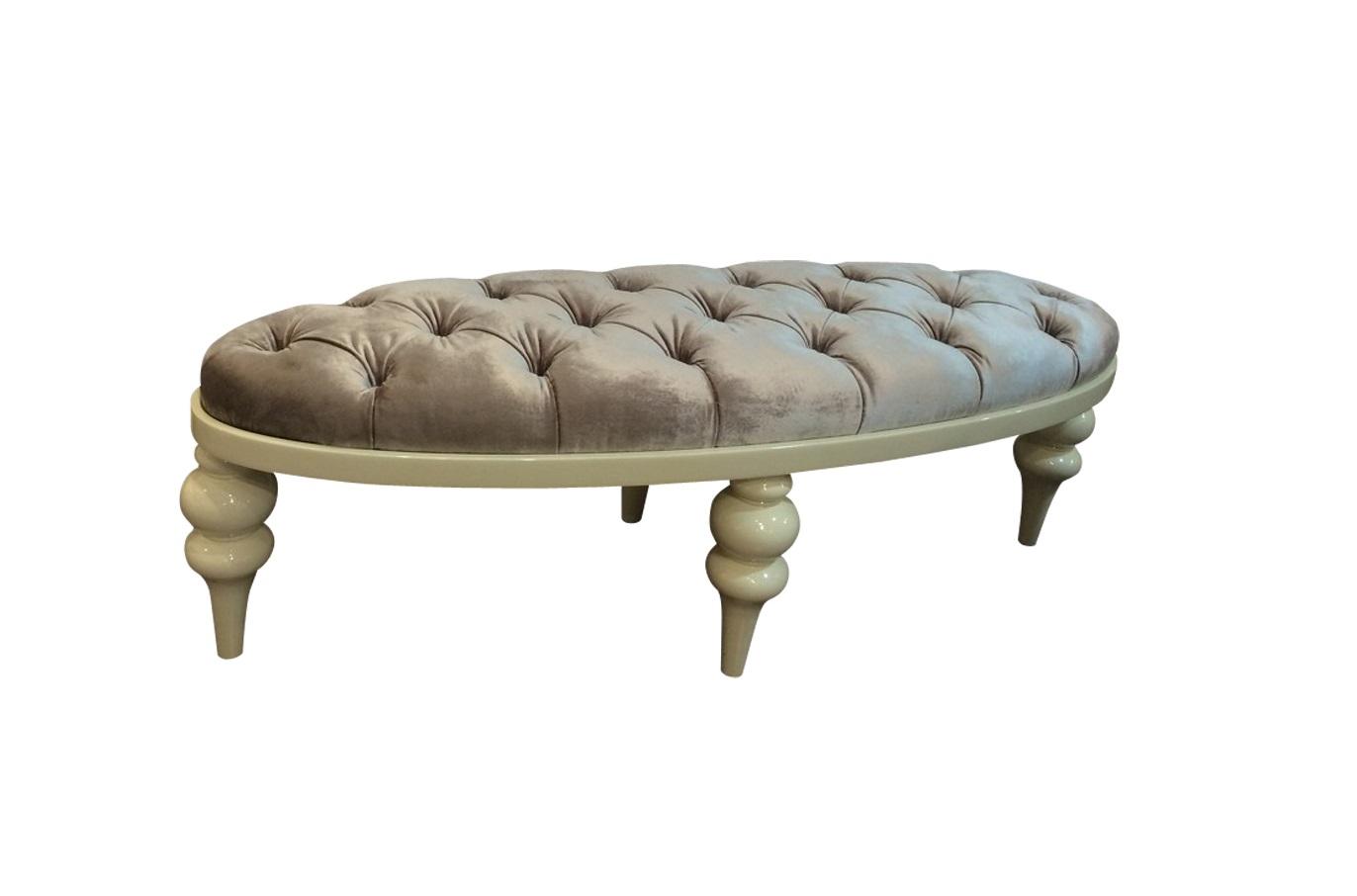 Банкетка PALERMOБанкетки<br>Эксклюзивная банкетка выполнена итальянскими мастерами  в лучших традициях мебельной классики. Изящность округлых форм придает дизайну неподдельную аристократичность и царственную роскошь.<br><br>Material: Дерево<br>Width см: 130<br>Depth см: 45<br>Height см: 40