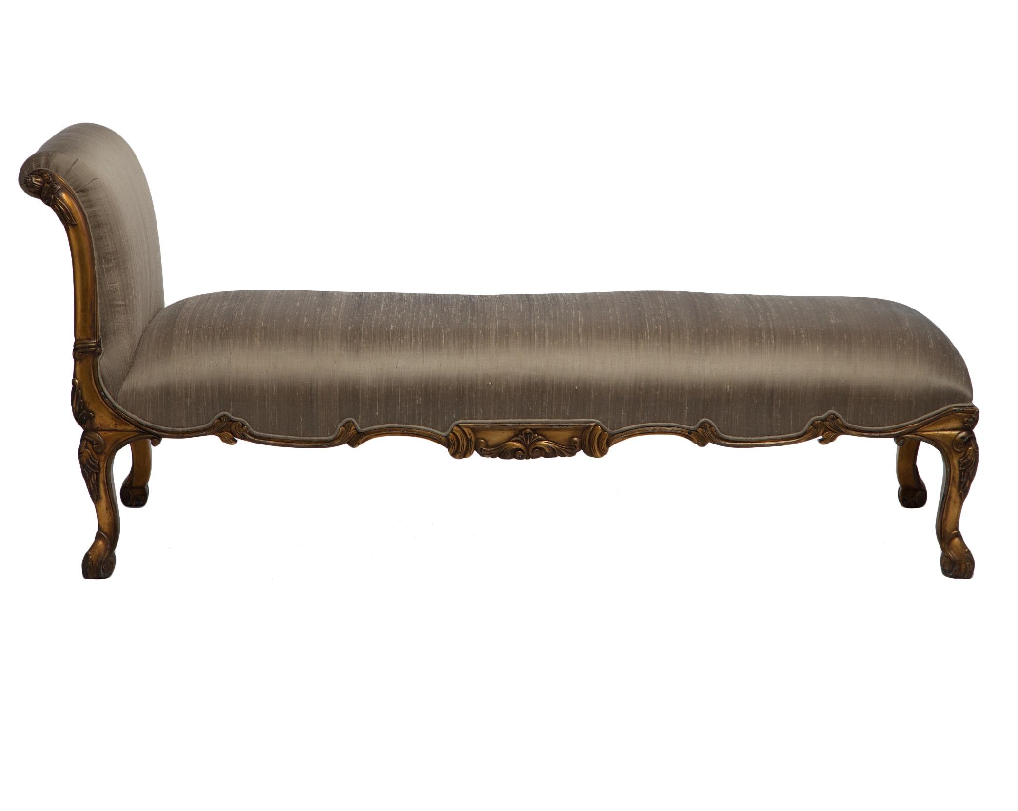 Кушетка VersaillesКушетки и оттоманки<br>Золотая кушетка с шелковой обивкой, украшена резьбой ручной работы, патиной и старением.<br><br>Material: Красное дерево<br>Ширина см: 170<br>Высота см: 79<br>Глубина см: 66