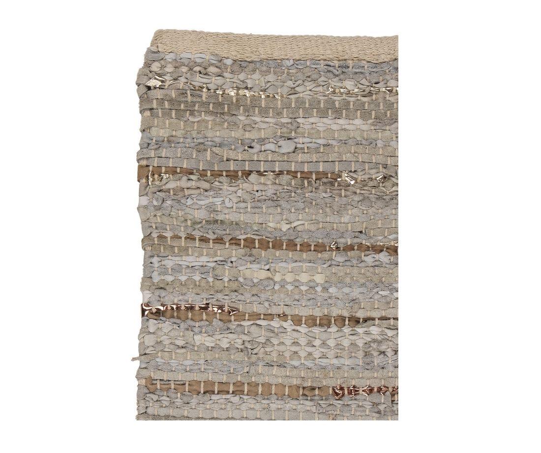 Ковёр HughПрямоугольные ковры<br>Broste Copenhagen – компания, основанная в 1955 году, занимает лидирующие позиции среди скандинавских брендов товаров для дома. Посуда Broste представлена в ресторанах, входящих в один из самых авторитетных рейтингов «Красный гид», созданный Андре Мишленом. Многие товары выполнены вручную, что придаёт им особенную неповторимость и качество. Традиционный скандинавский дизайн и современные тенденции производства – вот сочетание, заложенное в основу успешности этого старинного датского бренда.<br><br>Material: Кожа<br>Length см: 200<br>Width см: 140<br>Height см: 1