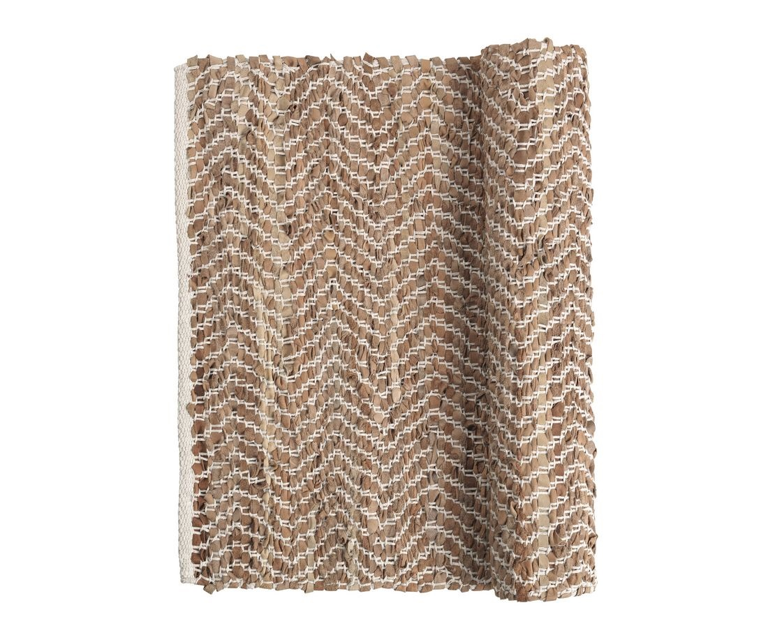 Ковёр ZigzagПрямоугольные ковры<br>Broste Copenhagen – компания, основанная в 1955 году, занимает лидирующие позиции среди скандинавских брендов товаров для дома. Посуда Broste представлена в ресторанах, входящих в один из самых авторитетных рейтингов «Красный гид», созданный Андре Мишленом. Многие товары выполнены вручную, что придаёт им особенную неповторимость и качество. Традиционный скандинавский дизайн и современные тенденции производства – вот сочетание, заложенное в основу успешности этого старинного датского бренда.<br><br>Material: Кожа<br>Length см: 140<br>Width см: 70<br>Height см: 1