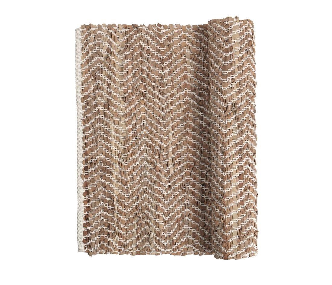 Ковёр ZigzagПрямоугольные ковры<br>Broste Copenhagen – компания, основанная в 1955 году, занимает лидирующие позиции среди скандинавских брендов товаров для дома. Посуда Broste представлена в ресторанах, входящих в один из самых авторитетных рейтингов «Красный гид», созданный Андре Мишленом. Многие товары выполнены вручную, что придаёт им особенную неповторимость и качество. Традиционный скандинавский дизайн и современные тенденции производства – вот сочетание, заложенное в основу успешности этого старинного датского бренда.<br><br>Material: Кожа<br>Length см: 200<br>Width см: 140<br>Height см: 1