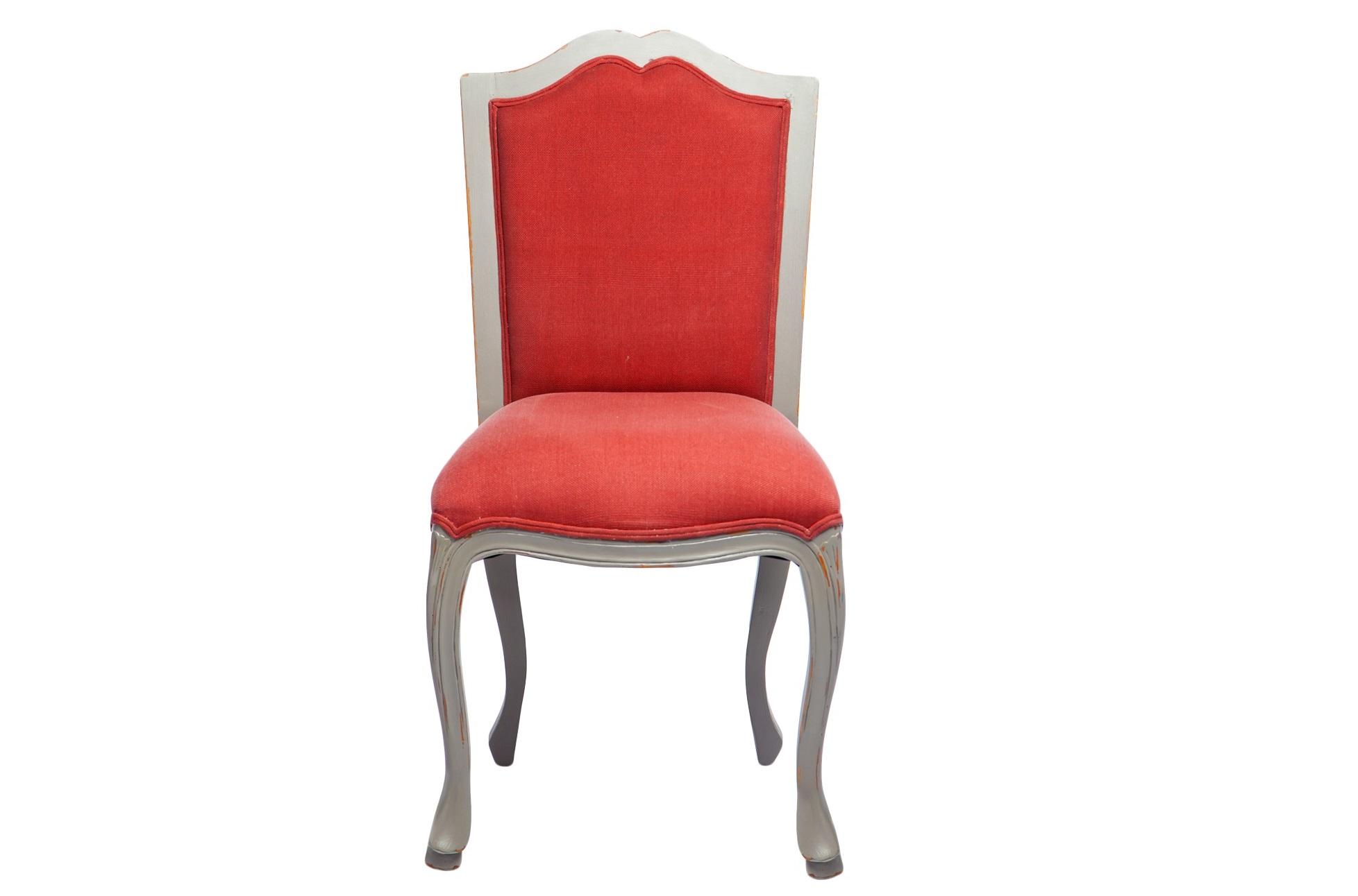 СтулОбеденные стулья<br>Стул из дерева махагони с мягкой спинкой. Серый цвет отделки со старением дополняет красная обивка.<br><br>Material: Красное дерево<br>Width см: 53<br>Depth см: 60<br>Height см: 10