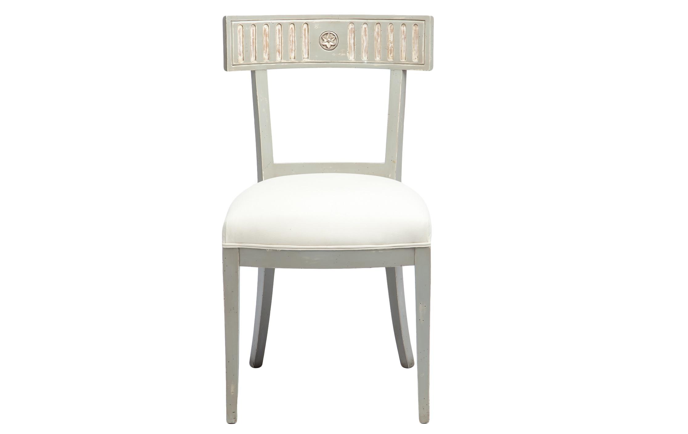 Стул БастилияОбеденные стулья<br>Стул в стиле прованс, декорированный патиной и старением. Обивка однотонная.<br><br>Material: Красное дерево<br>Width см: 53<br>Depth см: 50<br>Height см: 93