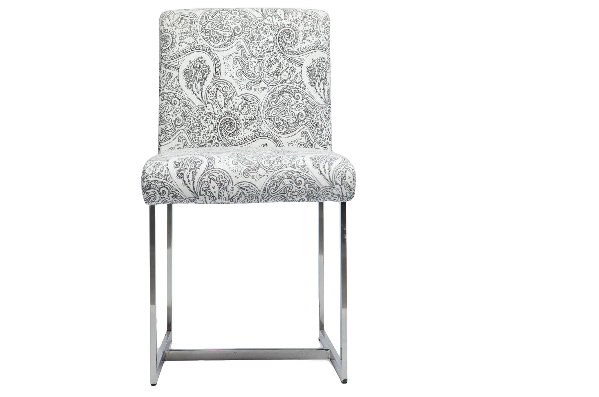 СтулОбеденные стулья<br>Стул на стальных ножках. Обивка из хлопка с модным орнаментом пейсли.<br><br>Material: Сталь<br>Width см: 47<br>Depth см: 58<br>Height см: 82
