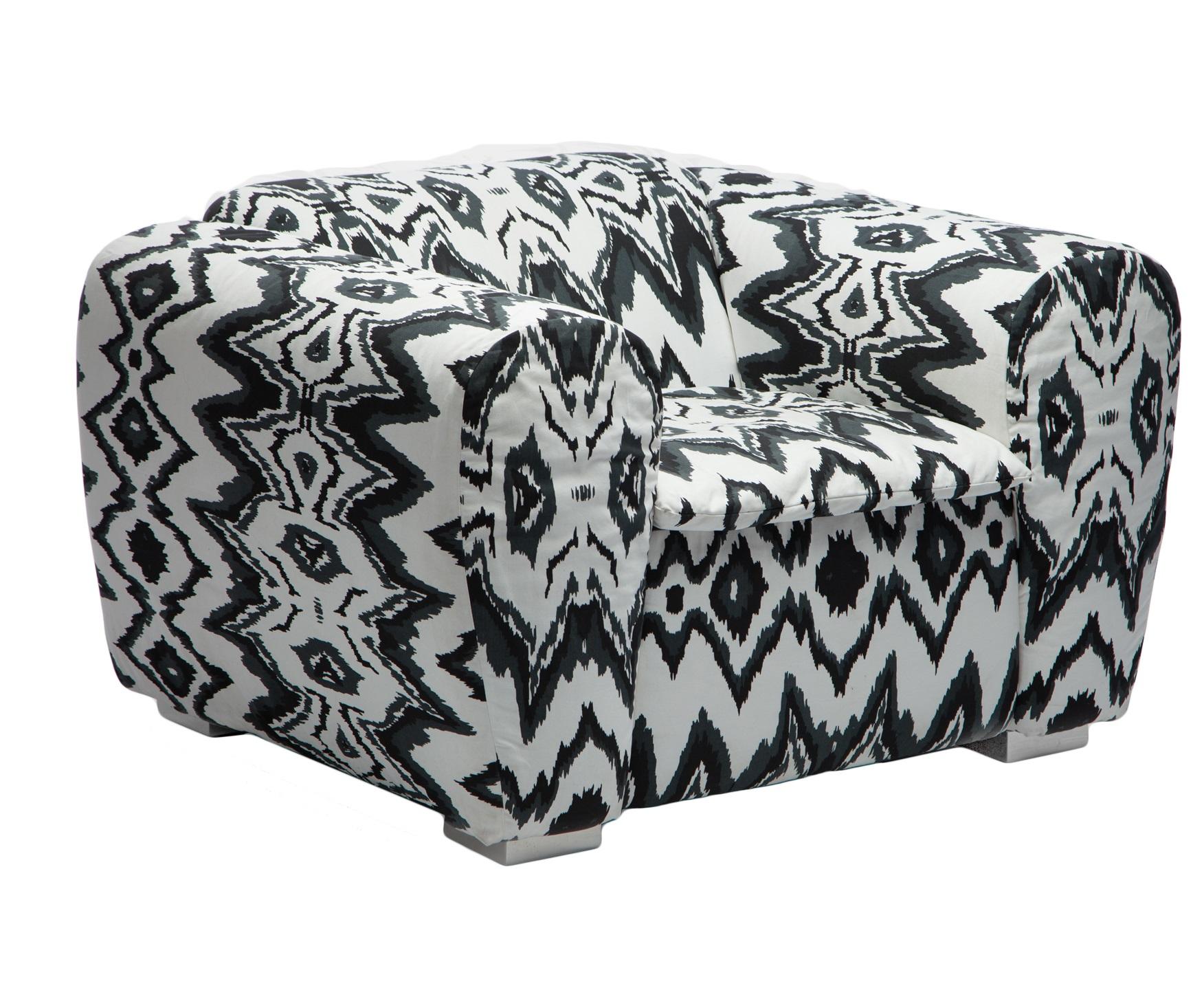 КреслоИнтерьерные кресла<br>Оригинальное кресло с черно-белым орнаментом в стиле икат добавит нотку экзотики в Ваш интерьер.&amp;amp;nbsp;<br><br>Material: Хлопок<br>Width см: 100<br>Depth см: 94<br>Height см: 73