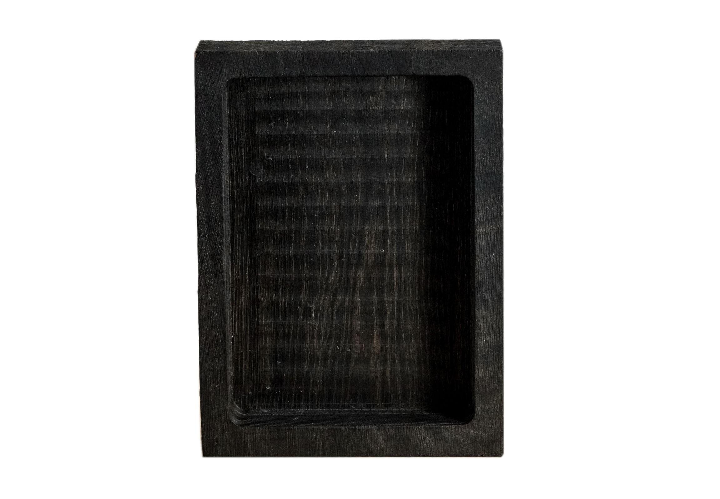 Декоративный ящик СнегПодставки и доски<br>Сделан вручную. Покрытие: льняное масло. У ящика есть две поверхности: декоративная с нанесенной на нее фактурой и гладкая. Из-за специфики ручного труда все предметы отличаются друг от друга. После влажной обработки его нужно протирать полотенцем. При необходимости можно обновлять покрытие, протерев поверхность тряпочкой, смоченной льняным маслом. Ящик не предназначен для длительного хранения жидкостей. Для флористики поместите внутрь флористическую губку. Можно использовать как кашпо.<br><br>Material: Дуб<br>Length см: 27<br>Width см: 20<br>Height см: 5