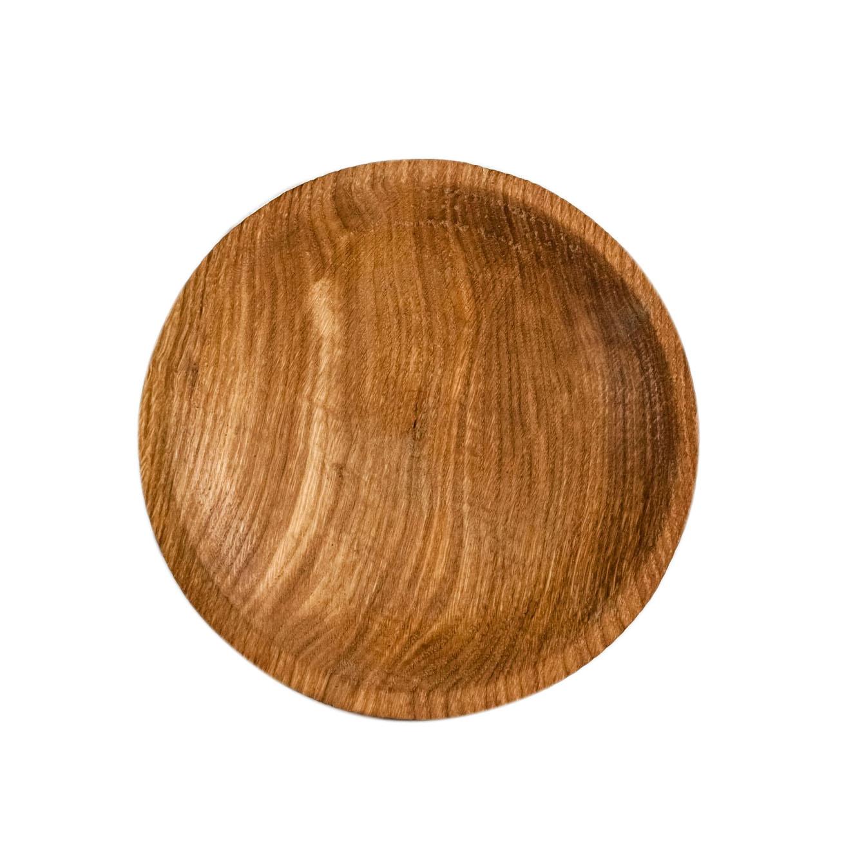 Тарелка КругДекоративные блюда<br>&amp;quot;Кика&amp;quot; - коллекция дубовых тарелок и плато для подачи, дополняющих друг друга. Сделана вручную. Покрытие: льняное масло. Ее внутренняя поверхность идеально зашлифована. При необходимости можно обновлять покрытие, протерев поверхность тряпочкой, смоченной льняным маслом. После влажной обработки ее нужно протирать полотенцем. Тарелка не предназначена для длительного хранения жидкостей. Из-за специфики ручного труда все предметы отличаются друг от друга.<br><br>Material: Дуб<br>Depth см: 0,5<br>Height см: 3<br>Diameter см: 21
