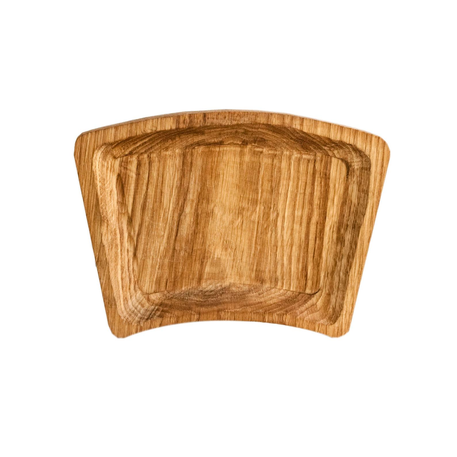 Тарелка ДугаДекоративные блюда<br>&amp;quot;Кика&amp;quot; - коллекция дубовых тарелок и плато для подачи, дополняющих друг друга. Сделана вручную. Покрытие: льняное масло. Ее внутренняя поверхность идеально зашлифована. При необходимости можно обновлять покрытие, протерев поверхность тряпочкой, смоченной льняным маслом. После влажной обработки ее нужно протирать полотенцем. Тарелка не предназначена для длительного хранения жидкостей. Из-за специфики ручного труда все предметы отличаются друг от друга.<br><br>Material: Дуб<br>Length см: 26<br>Width см: 20<br>Depth см: 0,5<br>Height см: 3