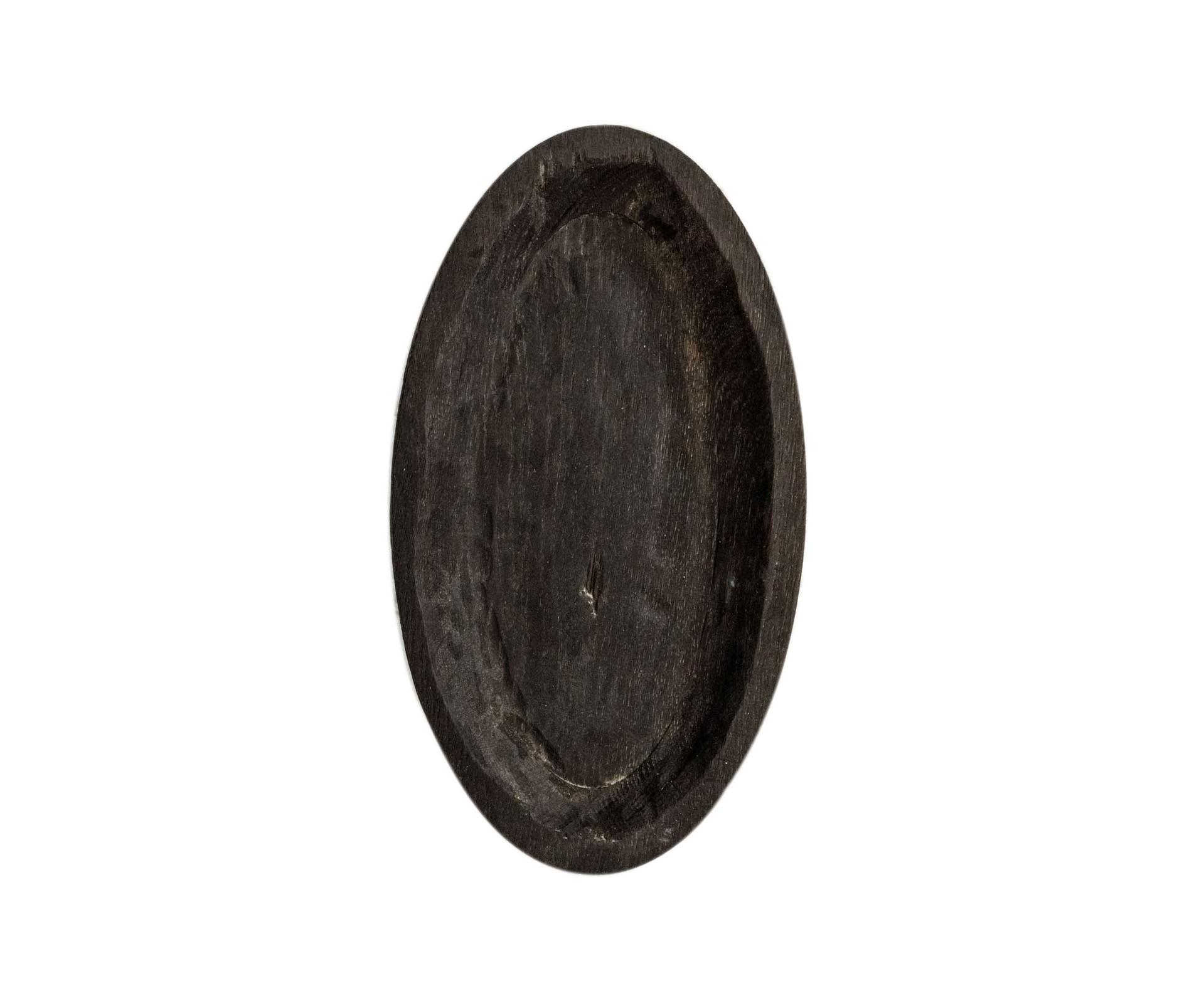 Тарелка ЯйцоДекоративные блюда<br>&amp;quot;Кика&amp;quot; - коллекция дубовых тарелок и плато для подачи, дополняющих друг друга. Сделана вручную. Покрытие: льняное масло. Ее внутренняя поверхность идеально зашлифована. При необходимости можно обновлять покрытие, протерев поверхность тряпочкой, смоченной льняным маслом. После влажной обработки ее нужно протирать полотенцем. Тарелка не предназначена для длительного хранения жидкостей. Из-за специфики ручного труда все предметы отличаются друг от друга.<br><br>Material: Дуб<br>Length см: 27<br>Width см: 15<br>Depth см: 0,5<br>Height см: 3