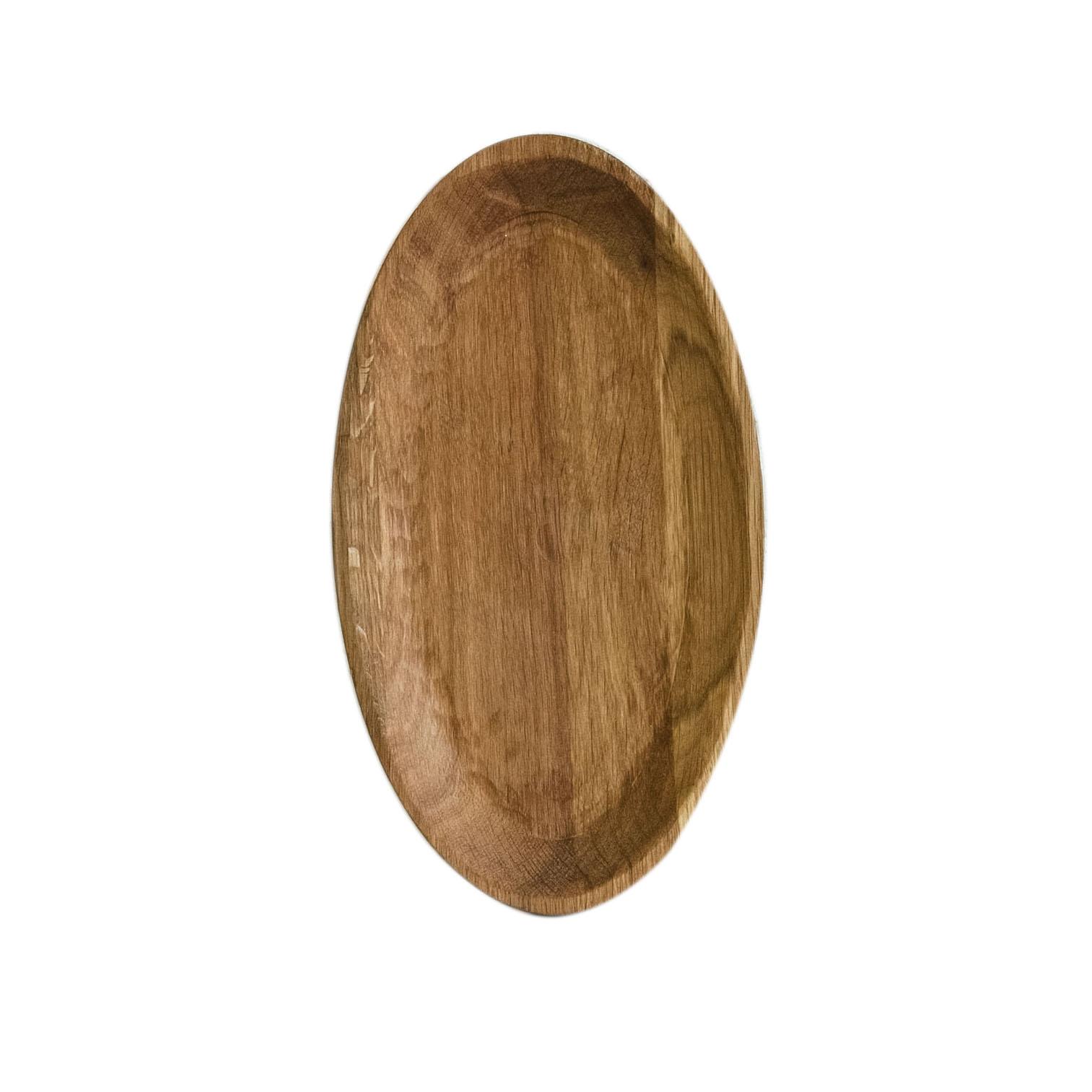 Тарелка ЯйцоДекоративные блюда<br>&amp;quot;Кика&amp;quot; - коллекция дубовых тарелок и плато для подачи, дополняющих друг друга. Сделана вручную. Покрытие: льняное масло. Ее внутренняя поверхность идеально зашлифована. При необходимости можно обновлять покрытие, протерев поверхность тряпочкой, смоченной льняным маслом. После влажной обработки ее нужно протирать полотенцем. Тарелка не предназначена для длительного хранения жидкостей. Из-за специфики ручного труда все предметы отличаются друг от друга.<br><br>Material: Дуб<br>Ширина см: 27.0<br>Высота см: 3.0<br>Глубина см: 15.0