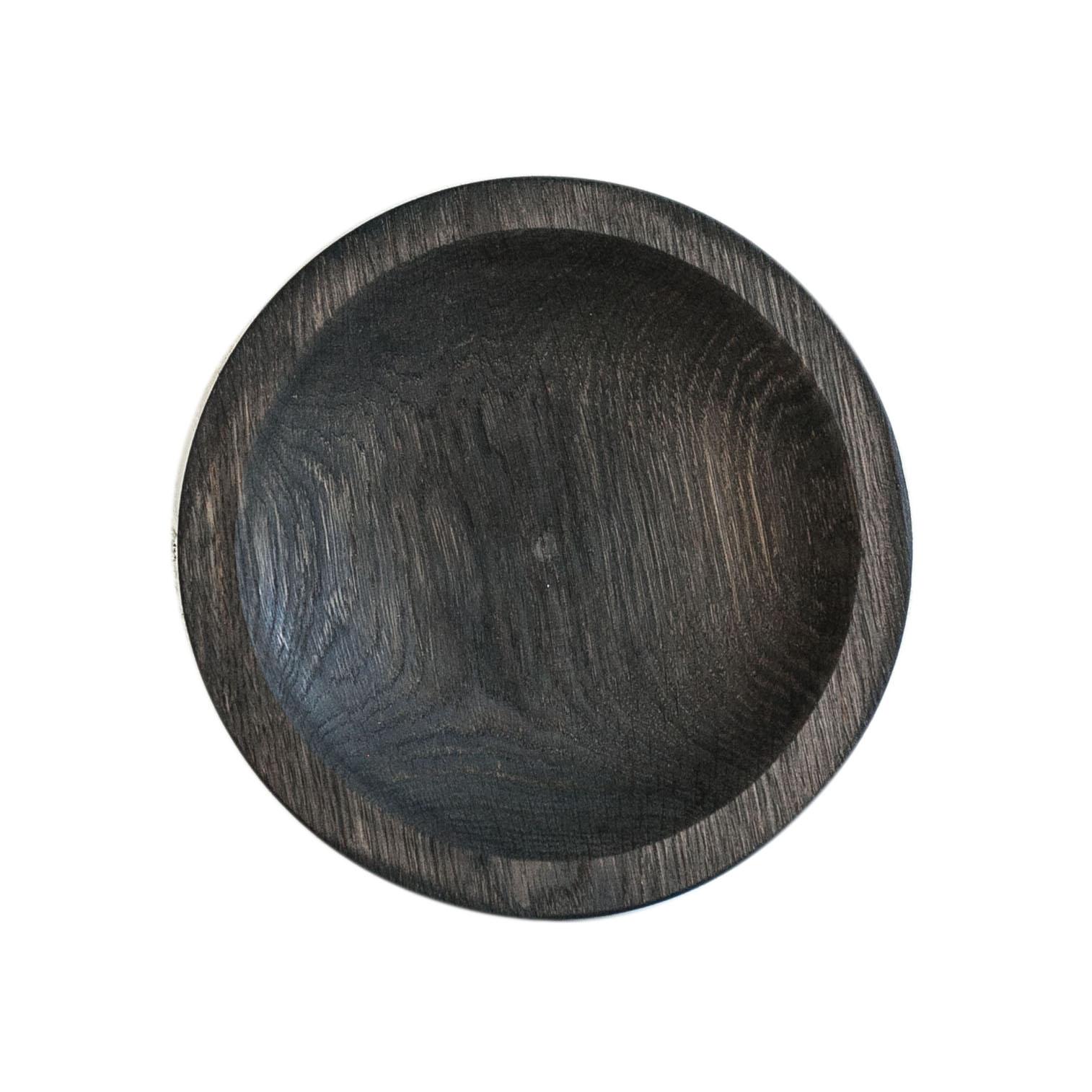 Тарелка КругДекоративные блюда<br>&amp;quot;Кика&amp;quot; - коллекция дубовых тарелок и плато для подачи, дополняющих друг друга. Сделана вручную. Покрытие: льняное масло. Ее внутренняя поверхность идеально зашлифована. При необходимости можно обновлять покрытие, протерев поверхность тряпочкой, смоченной льняным маслом. После влажной обработки ее нужно протирать полотенцем. Тарелка не предназначена для длительного хранения жидкостей. Из-за специфики ручного труда все предметы отличаются друг от друга.<br><br>Material: Дуб<br>Высота см: 3