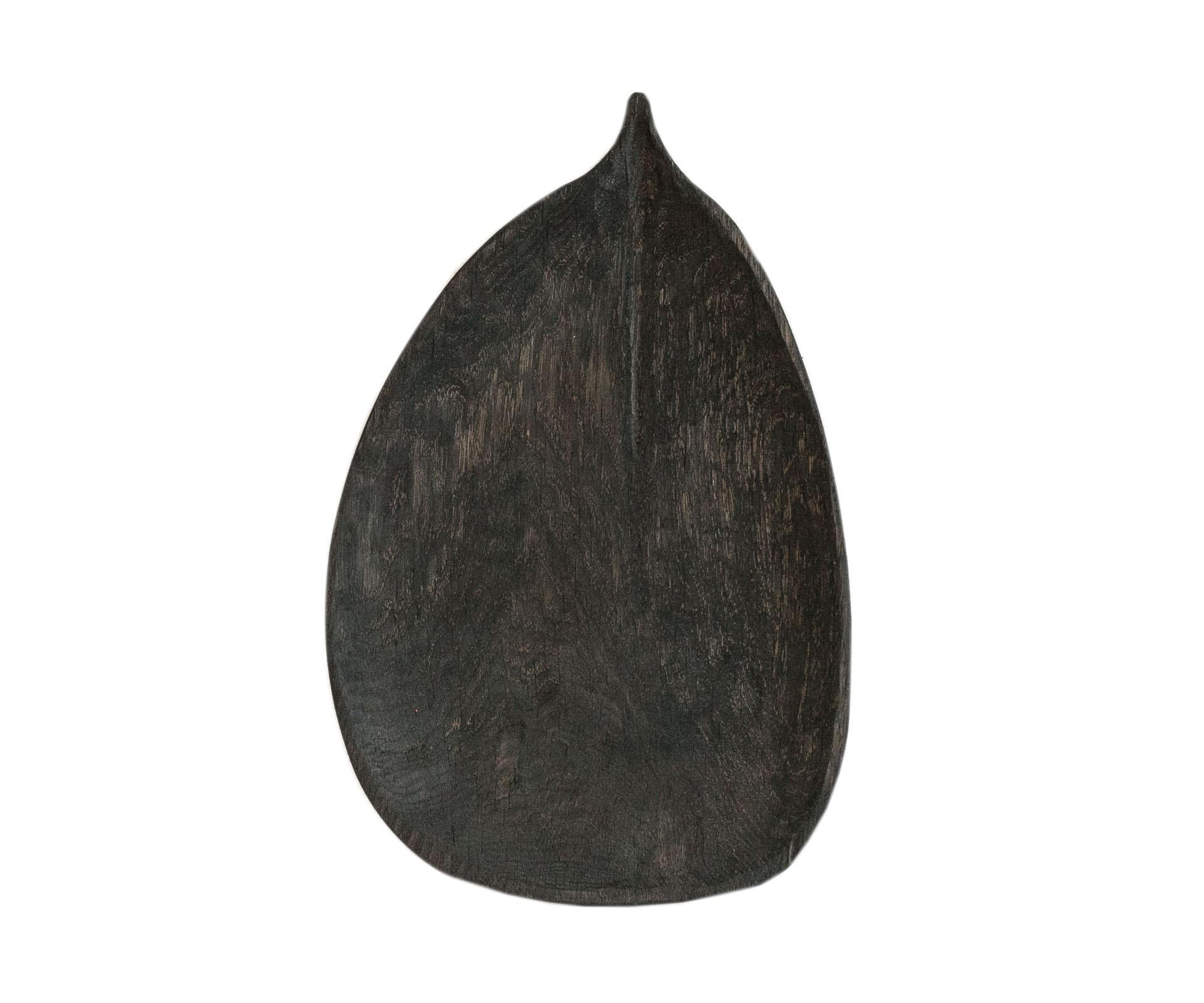 Тарелка ВязДекоративные блюда<br>&amp;quot;Листья&amp;quot; - коллекция дубовых тарелок и блюдец. Сделана вручную. Покрытие: льняное масло. Ее внутренняя поверхность идеально зашлифована. При необходимости можно обновлять покрытие, протерев поверхность тряпочкой, смоченной льняным маслом. После влажной обработки ее нужно протирать полотенцем. Тарелка не предназначена для длительного хранения жидкостей. Из-за специфики ручного труда все предметы отличаются друг от друга.<br><br>Material: Дуб<br>Length см: 36,5<br>Width см: 23,5<br>Depth см: None<br>Height см: 1,5
