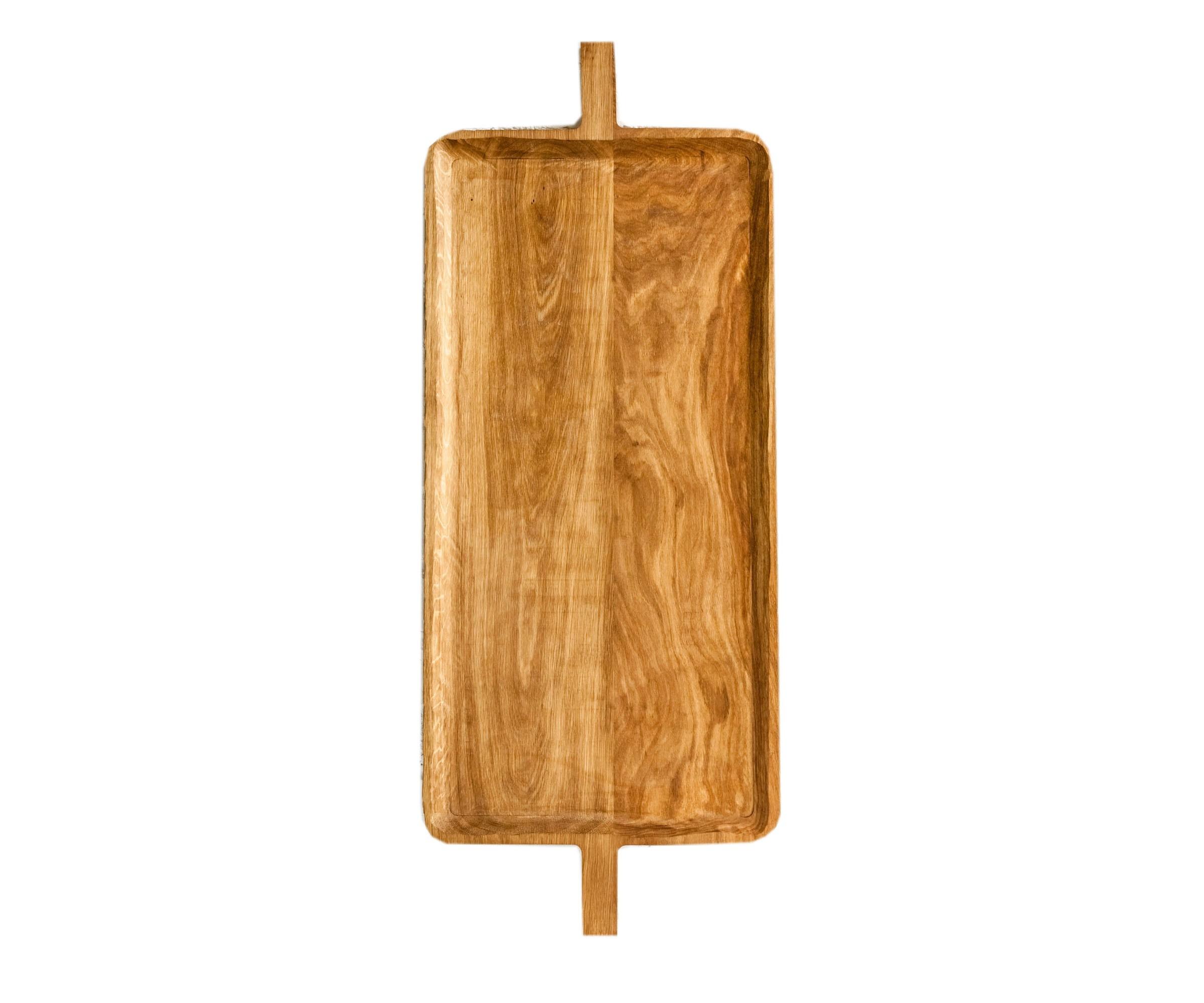 ПодносДекоративные подносы<br>Поднос служит большим сервировочным блюдом или крупным предметом-акцентом в декоре стола. Его можно использовать как полку или столешницу, а несколько подносов, поставленных друг на друга, составляют журнальный столик или тумбу. Сделан вручную. Покрытие: льняное масло. При необходимости можно обновлять покрытие, протерев поверхность тряпочкой, смоченной льняным маслом. После влажной обработки его нужно протирать полотенцем. Из-за специфики ручного труда все предметы отличаются друг от друга.<br><br>Material: Дуб<br>Ширина см: 40<br>Высота см: 1