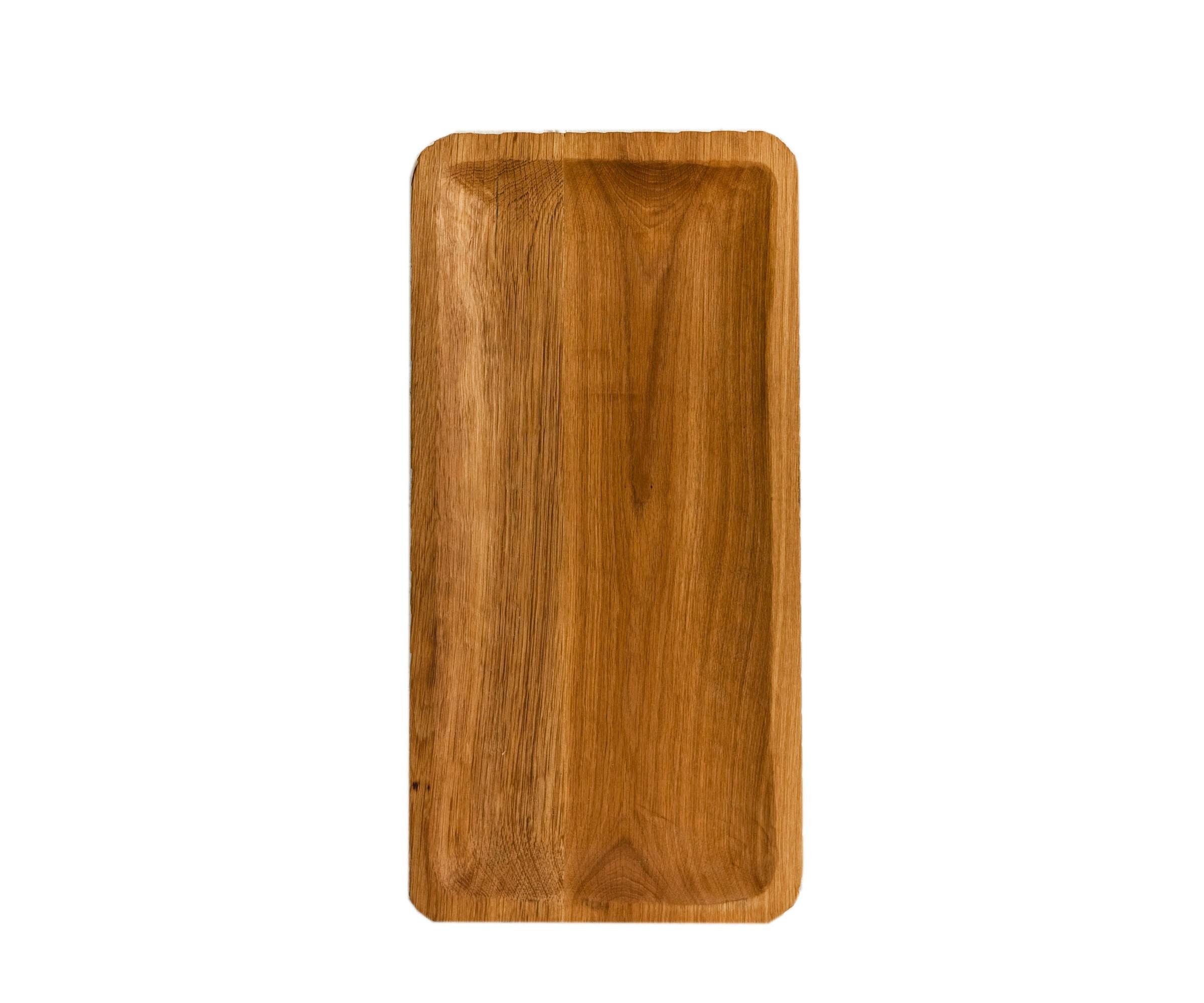 ПодносДекоративные подносы<br>Поднос служит большим сервировочным блюдом или крупным предметом-акцентом в декоре стола. Его можно использовать как полку или столешницу, а несколько подносов, поставленных друг на друга, составляют журнальный столик или тумбу. Сделан вручную. Покрытие: льняное масло. При необходимости можно обновлять покрытие, протерев поверхность тряпочкой, смоченной льняным маслом. После влажной обработки его нужно протирать полотенцем. Из-за специфики ручного труда все предметы отличаются друг от друга.<br><br>Material: Дуб<br>Length см: 60<br>Width см: 30<br>Depth см: None<br>Height см: 1,5