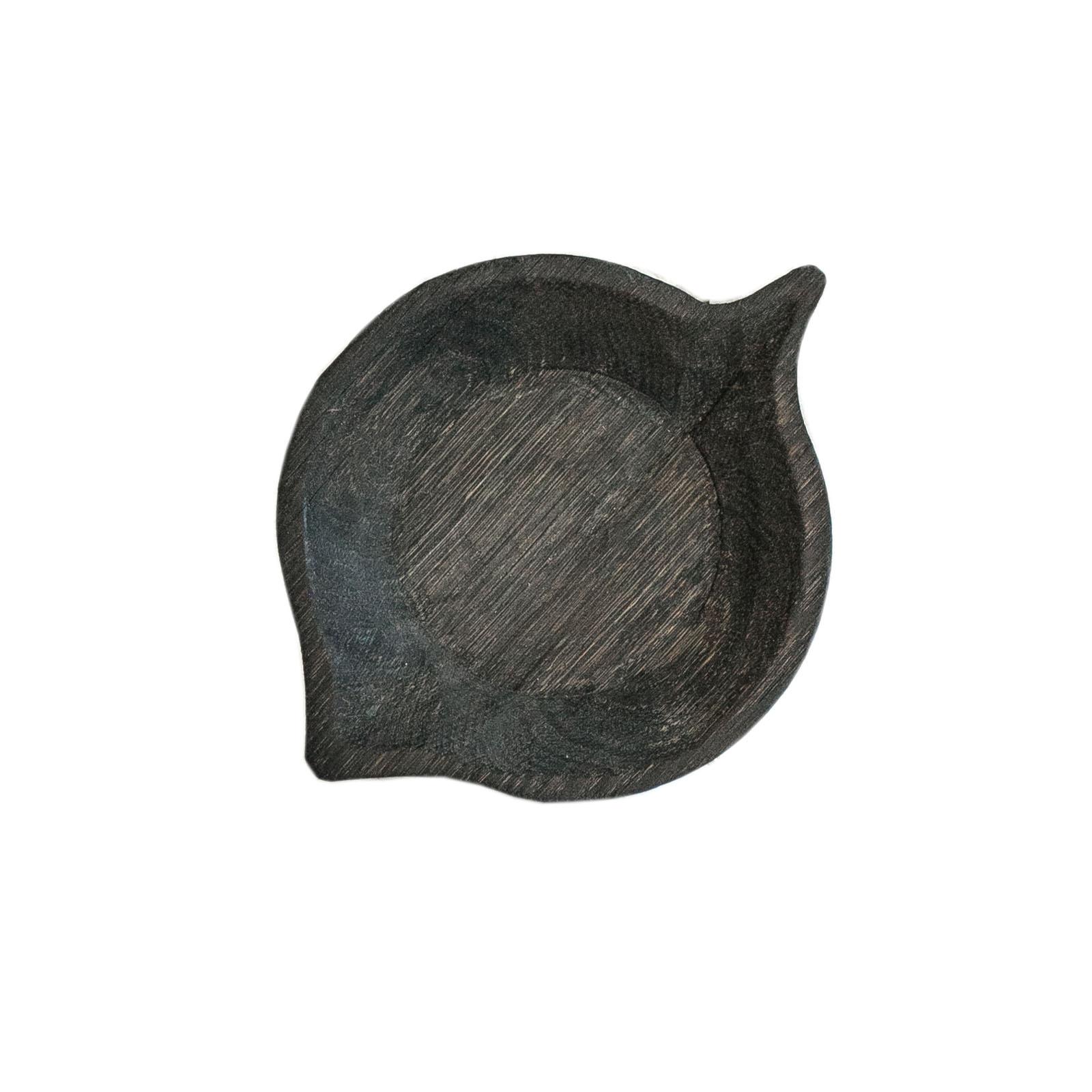 Тарелка Блюдце ольхаДекоративные блюда<br>&amp;quot;Листья&amp;quot; - коллекция дубовых тарелок и блюдец. Сделана вручную. Покрытие: льняное масло. Ее внутренняя поверхность идеально зашлифована. При необходимости можно обновлять покрытие, протерев поверхность тряпочкой, смоченной льняным маслом. После влажной обработки ее нужно протирать полотенцем. Тарелка не предназначена для длительного хранения жидкостей. Из-за специфики ручного труда все предметы отличаются друг от друга.<br><br>Material: Дуб<br>Ширина см: 13<br>Высота см: 1