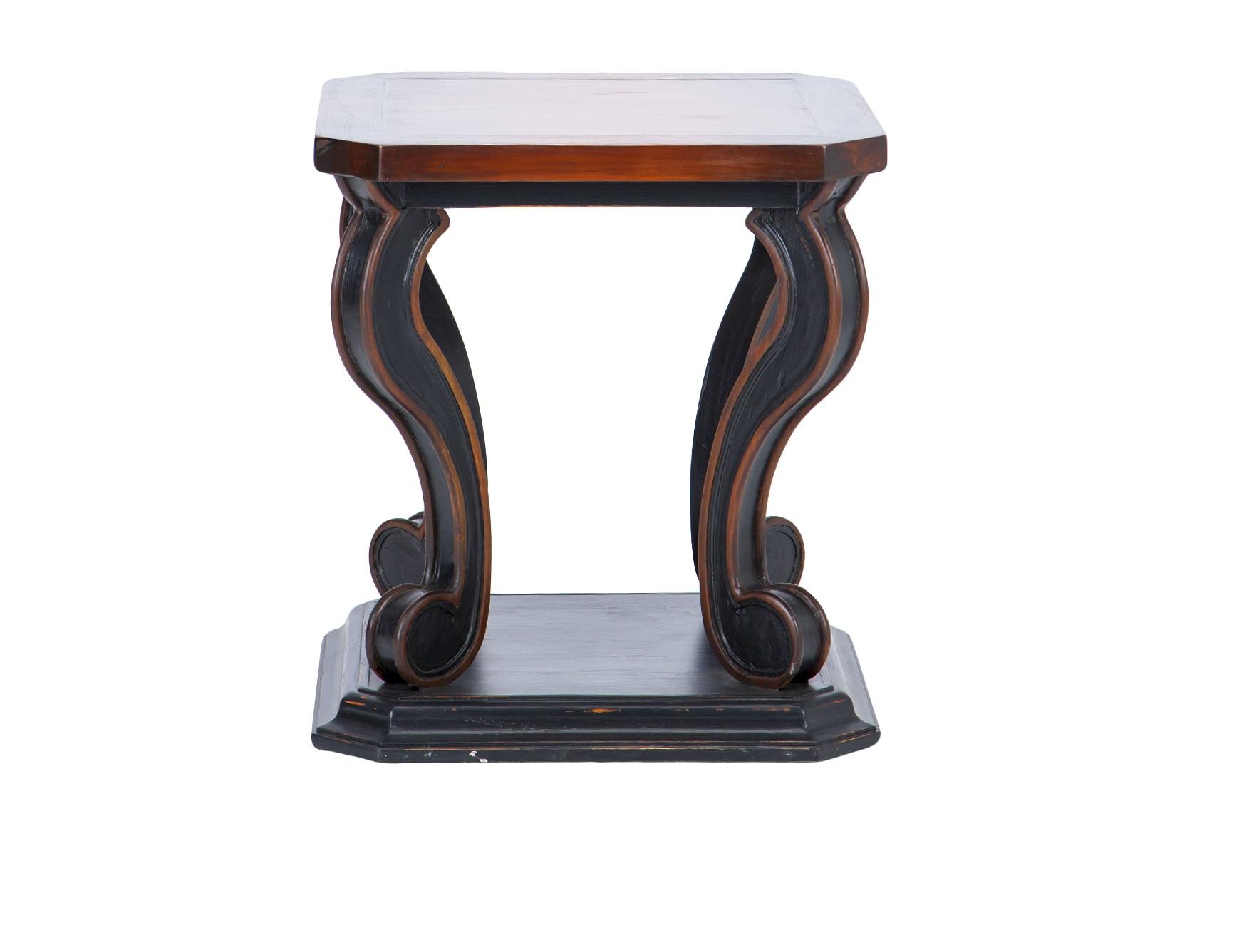 Ламповый столикПриставные столики<br>Ламповый столик из дерева махагони, декорирован старением.<br><br>Material: Красное дерево<br>Ширина см: 61<br>Высота см: 66<br>Глубина см: 61