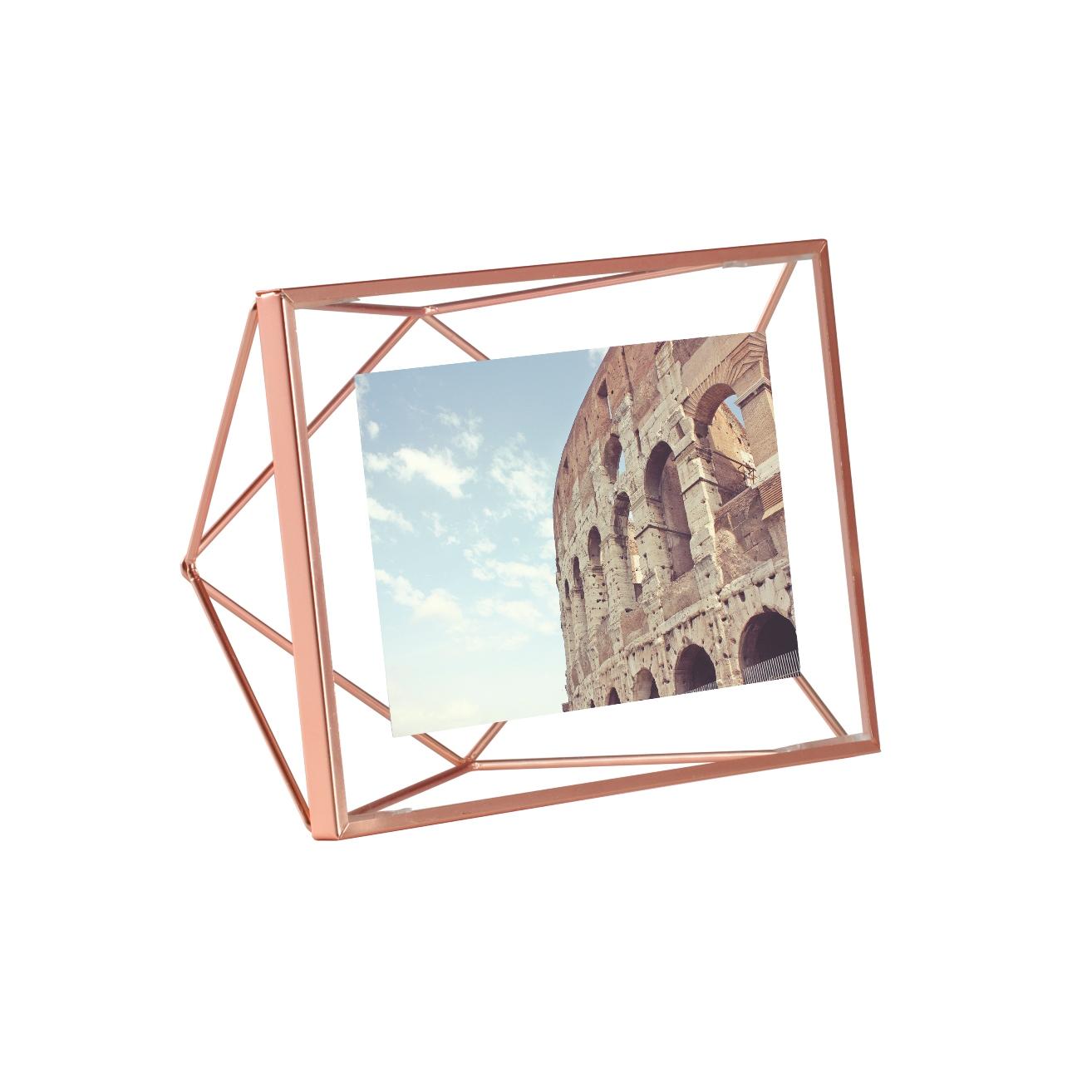 Фоторамка PrismaРамки для фотографий<br>Настоящий алмаз вашей комнаты! Вдохновленная огранкой бриллиантов форма это рамки привлекает внимание и вызывает восхищение - очень необычная вещица. Но ее достоинство в том, что она не отвлекает от главного - от фотографии внутри.<br>Подходит для фото размером 10 х 15 см.<br><br>Material: Сталь<br>Width см: 20,5<br>Depth см: 7,6<br>Height см: 15,5<br>Diameter см: None