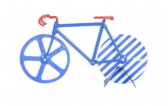 Нож для пиццы fixie rivieraНожи<br>Нож для пиццы в виде ретро-велосипеда 60х годов. Белые и синие цвета навевают ассоциации с  курортным отдыхом на морском побережье. Острые «колеса» из нержавеющей стали с легкостью нарежут пиццу, коржи или тесто для печенья на аккуратные части. Стильный и практичный аксессуар.&amp;lt;div&amp;gt;&amp;lt;br&amp;gt;&amp;lt;/div&amp;gt;&amp;lt;div&amp;gt;&amp;lt;div&amp;gt;Материал: нержавеющая сталь&amp;lt;br&amp;gt;&amp;lt;/div&amp;gt;&amp;lt;/div&amp;gt;<br><br>Material: Сталь