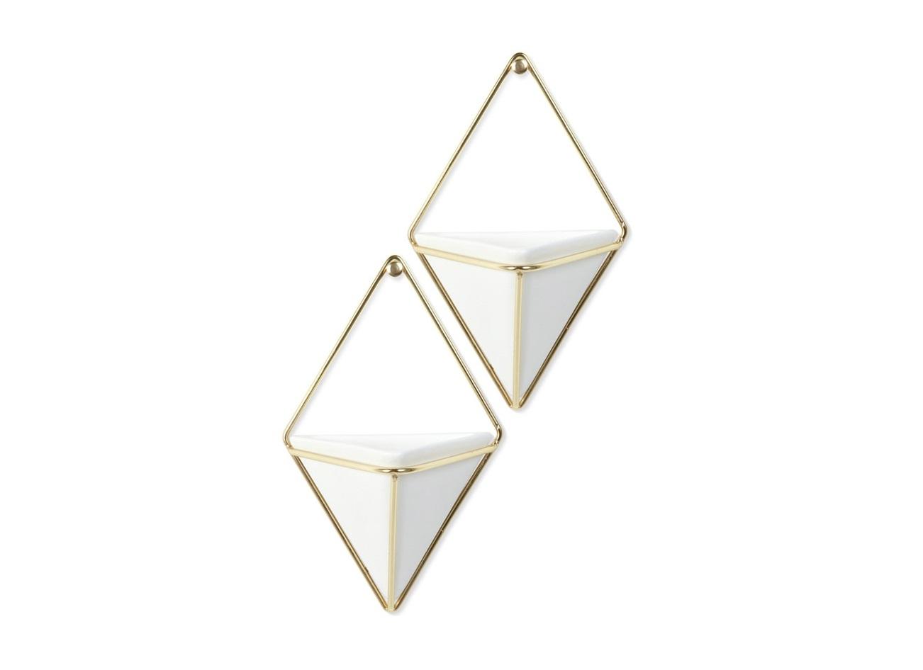 Декор для стен triggКашпо и аксессуары для цветов<br>Строгие геометрические формы не ограничивают воображение, а наоборот, вдохновляют на творчество и создание неповторимых интерьеров. Такой просто и такой эффектный декор сочетает в себе красоту и функциональность: в керамический треугольник можно поместить разные канцелярские мелочи, косметические принадлежности - можно даже использовать его как кашпо! <br>Он вешается на любой гвоздик или вешалку и отлично сочетается с другими декорами, картинами и постерами. <br>В комплекте 2 штуки.<br><br>Material: Металл<br>Width см: 11,7<br>Depth см: 7<br>Height см: 18,4